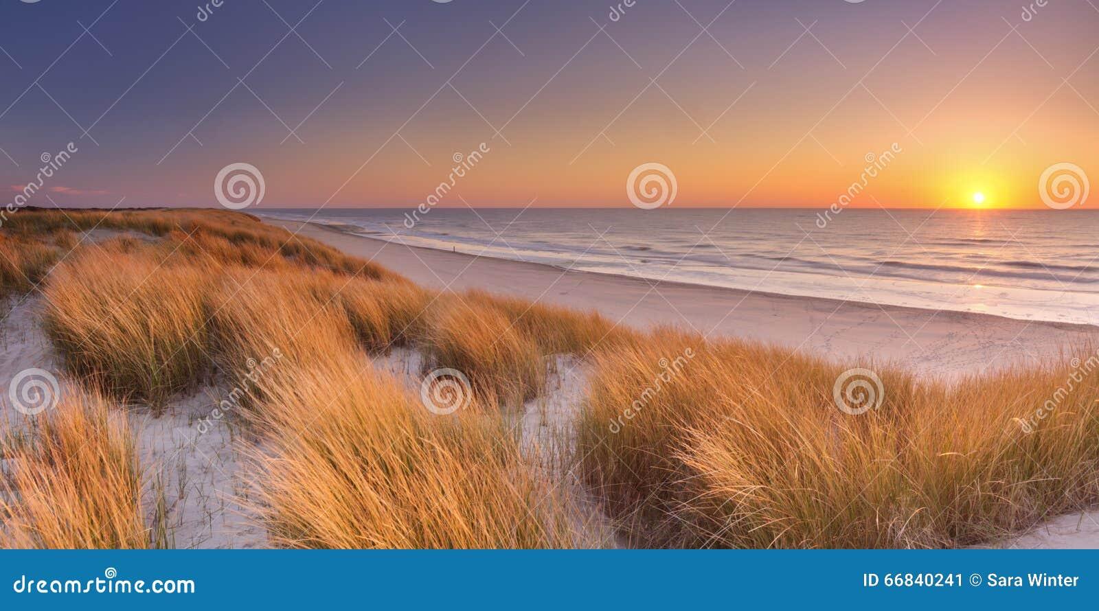 Dünen und Strand bei Sonnenuntergang auf Texel-Insel, die Niederlande