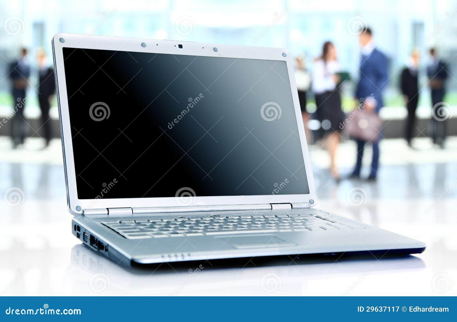 Dünner Laptop auf Schreibtisch