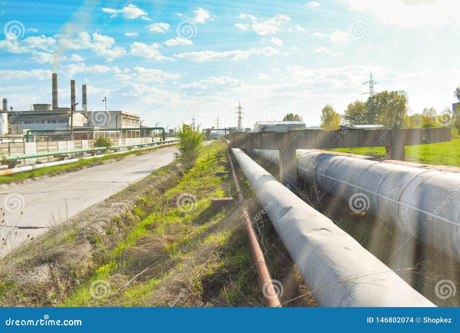 Długa droga w parku przemysłowym blisko fabryka chemikaliów Natura próbuje opierać się tam