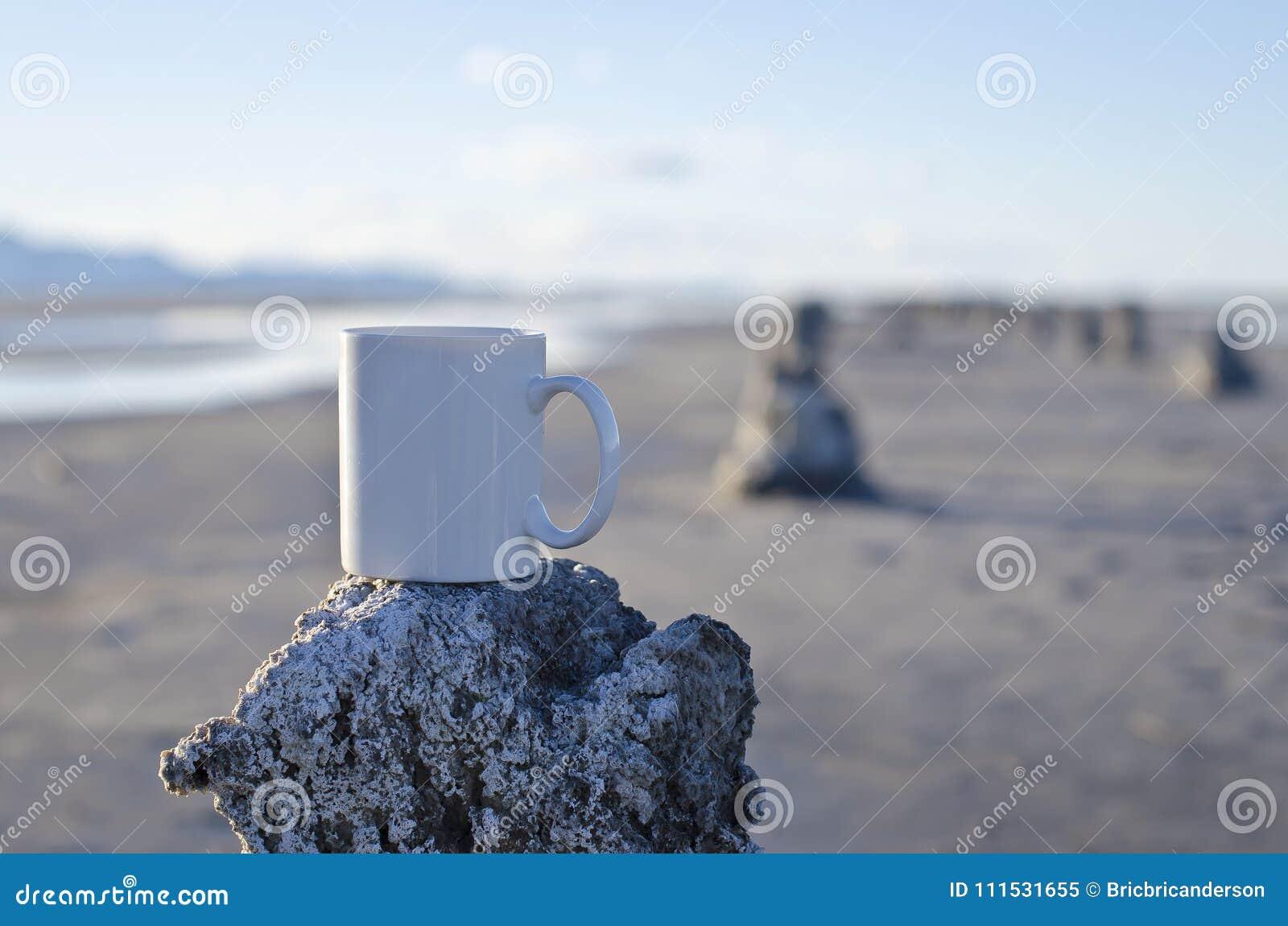 Długi pusty biały kawowy kubek na starym molu