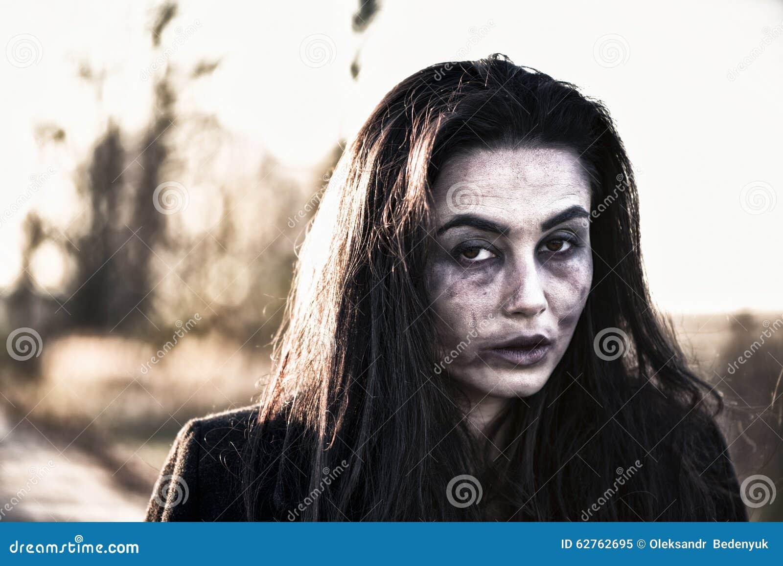 Długie włosy dziewczyna z strasznym żywego trupu makeup
