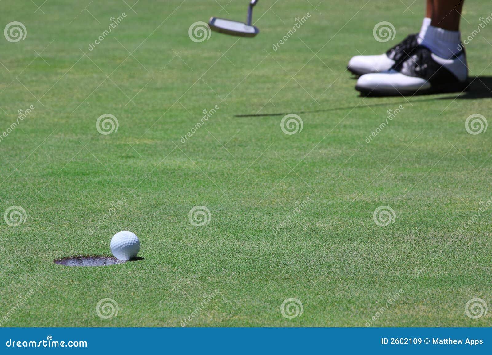 Długo zakańczającego w golfa uderza tonie