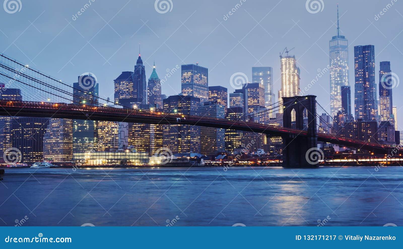 Dżdżysty Manhattan i most brooklyński Wierzchołki drapacze chmur w chmurach toną Noc komesi biznes