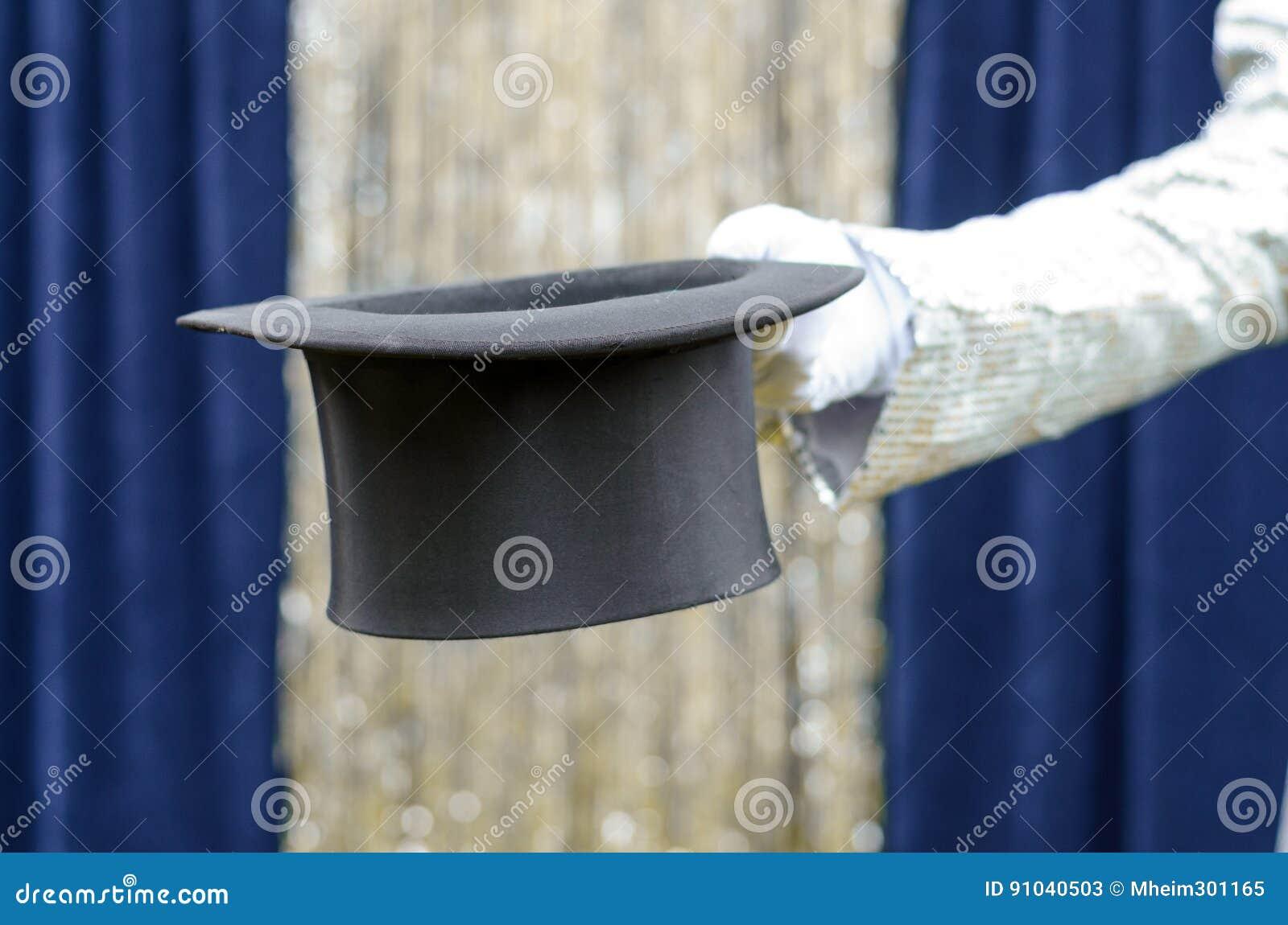 Dżentelmen lub magik trzyma out odgórnego kapelusz