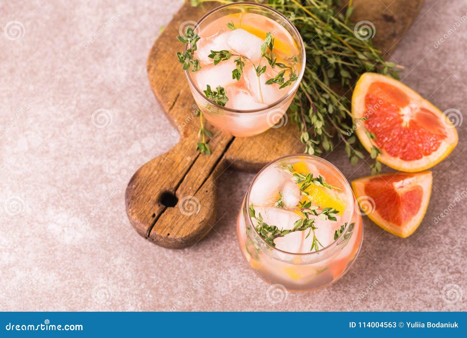 Dżin gorzka cytryna z tymiankowym i grapefruitowym Owocowa lemoniada