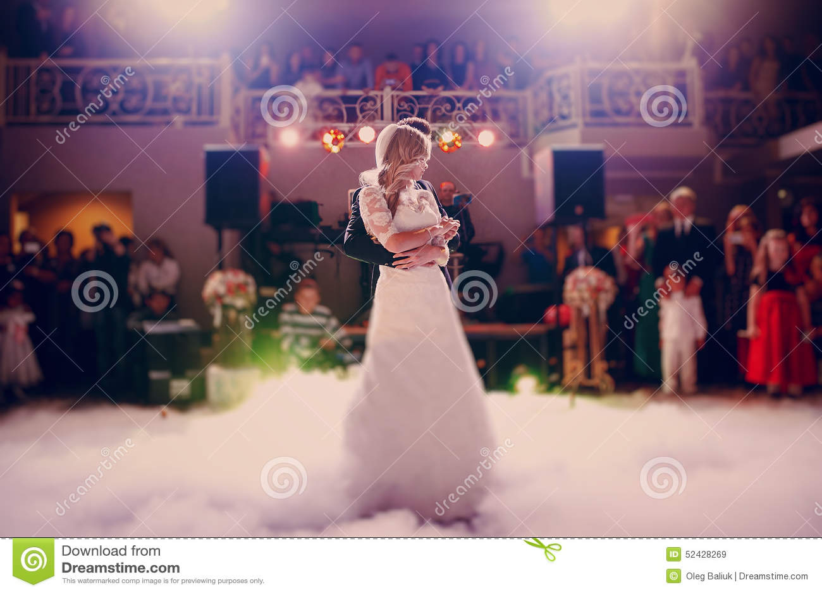 D abord jeune mariée de danse dans un restaurant