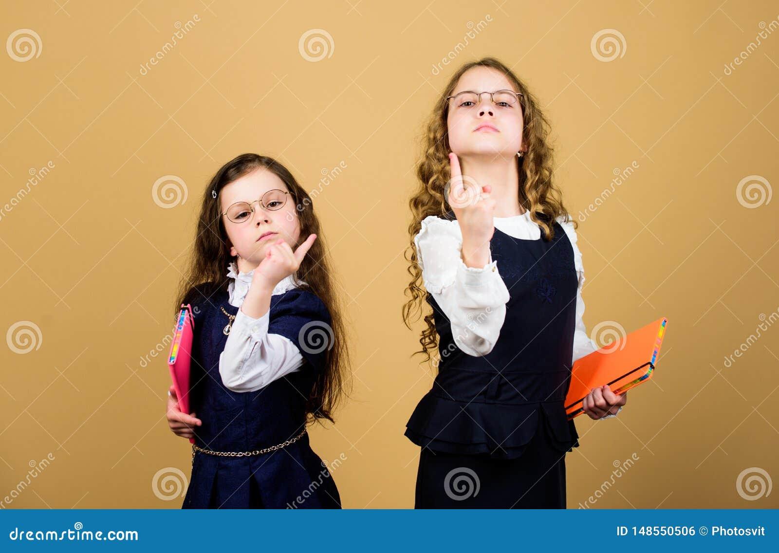 D?a agotador en la escuela Las muchachas ense?an alumnos De nuevo a escuela D?a del conocimiento Apruebe el examen La tensi?n cau