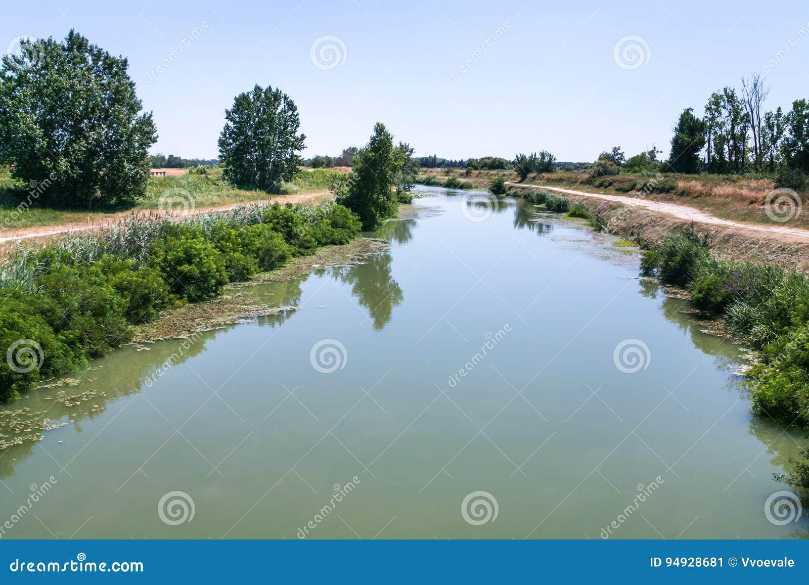 D Arles pittoresques de canal un fos dans les Frances