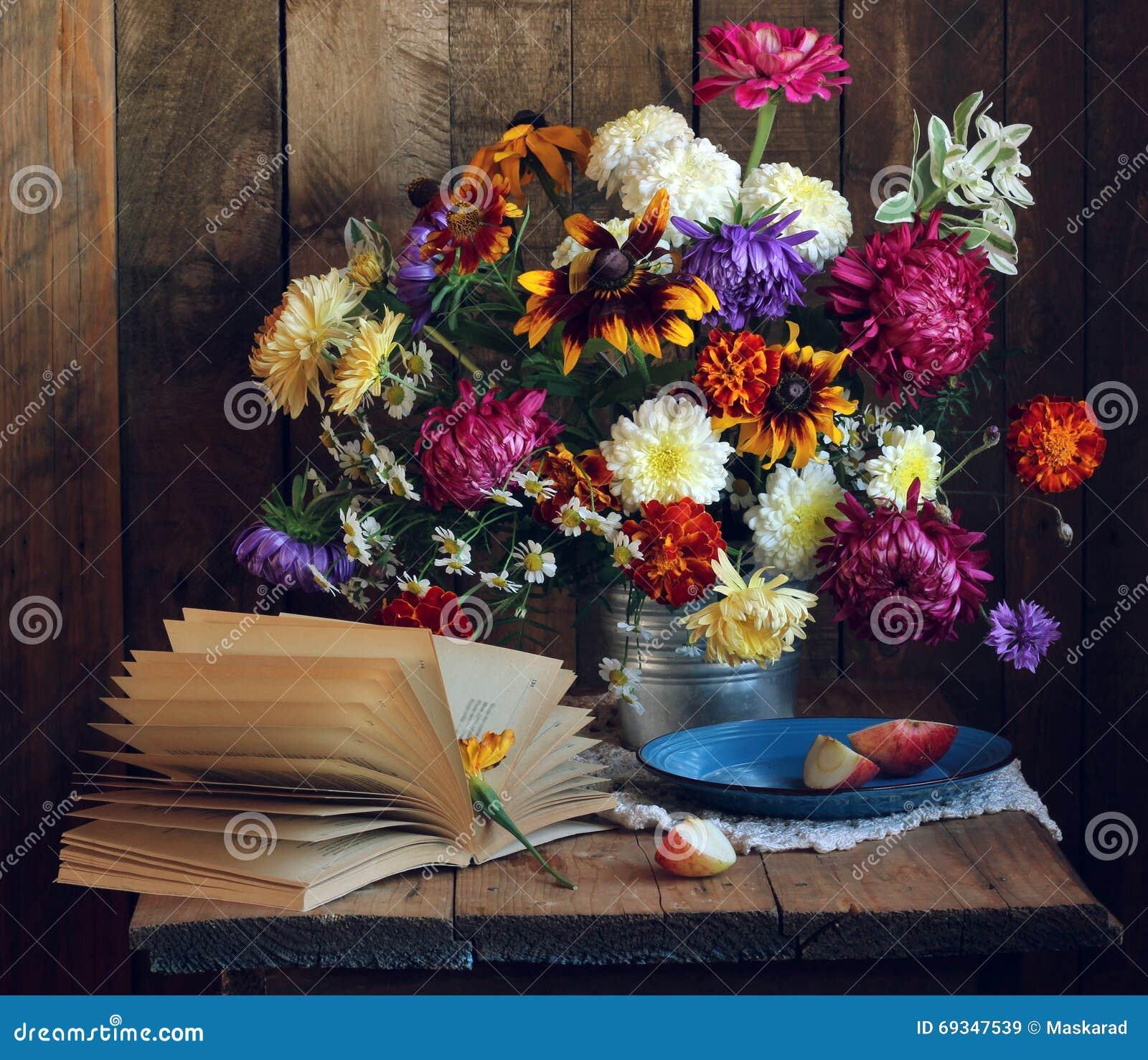 d 39 automne toujours la vie avec le livre ouvert et un bouquet des fleurs photo stock image. Black Bedroom Furniture Sets. Home Design Ideas