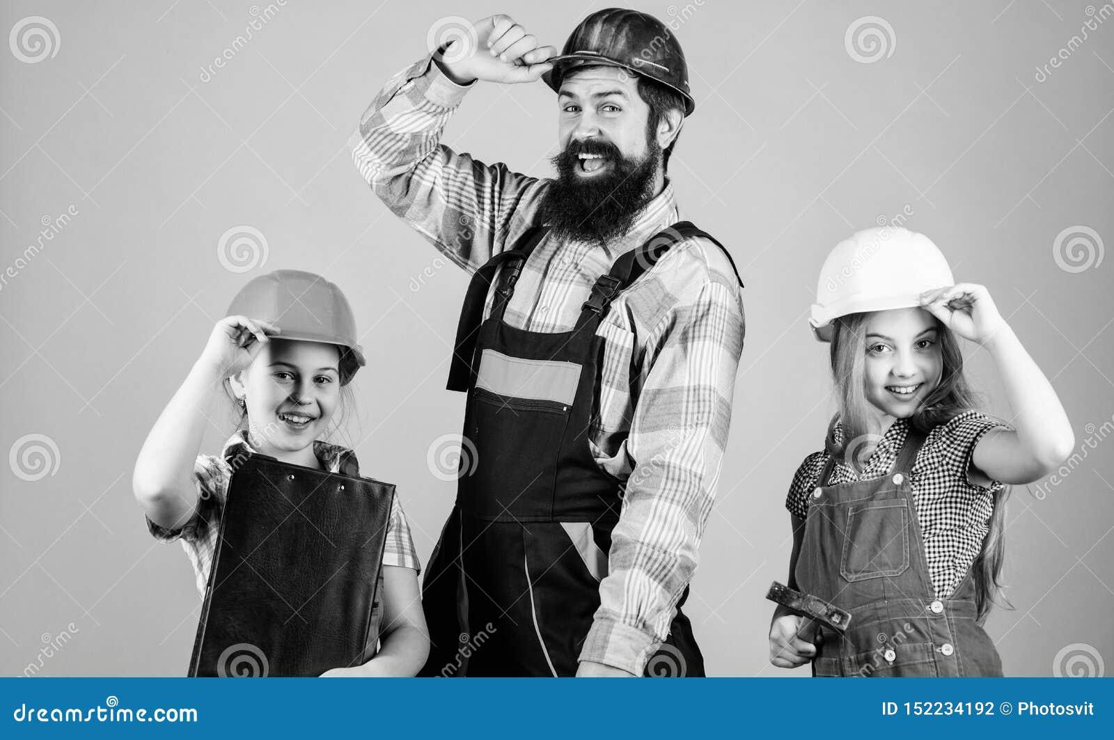 D?a de padres Las hermanas ayudan al constructor del padre Dir?jase la renovaci?n Cree el sitio que usted quiere realmente vivo S