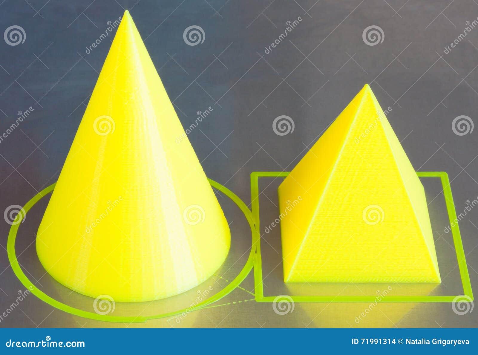 3d drukować postacie rożek i pyramide Żółty 3D drukarki śliwek drucik Aluminiowy łóżkowy tło Granica która drukarka remis dla n,