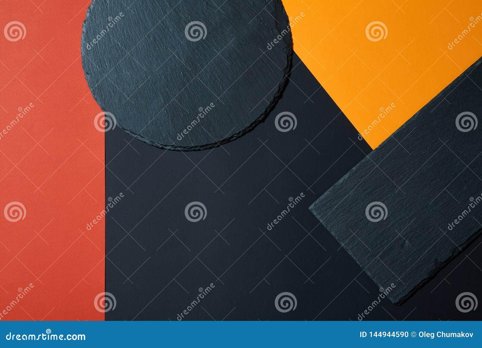D en haut du panneau noir vide de portion d ardoise sur le fond multicolore avec la composition géométrique