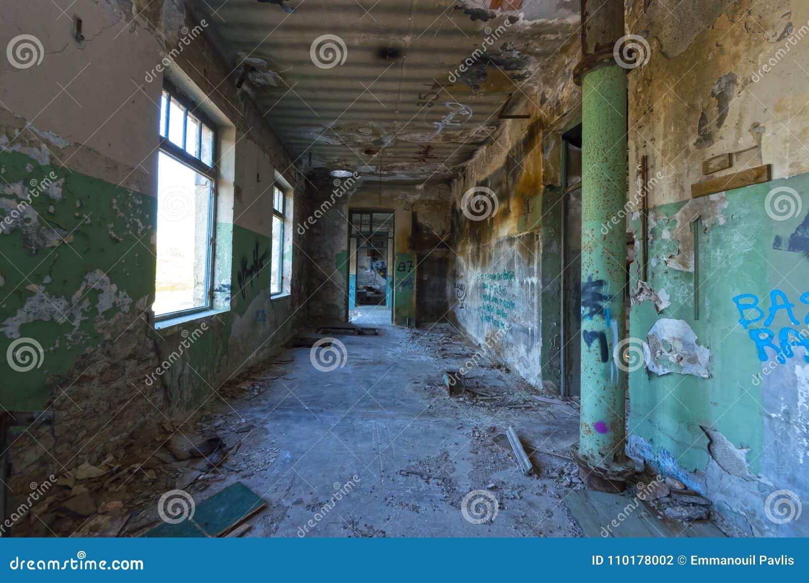 D intérieur d un bâtiment industriel encombré abandonné