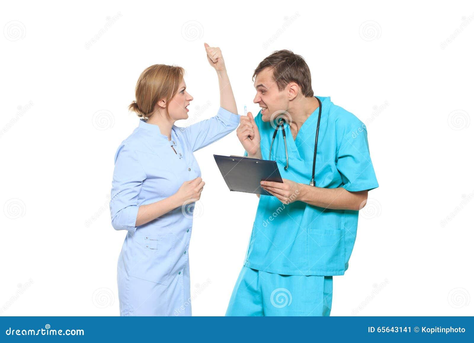 D isolement sur le blanc le docteur jure l infirmière Il crie et le bat