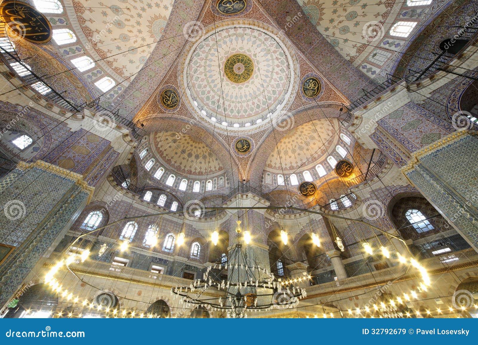 Dôme grand et beau dans la vieille nouvelle mosquée (Yeni Cami)