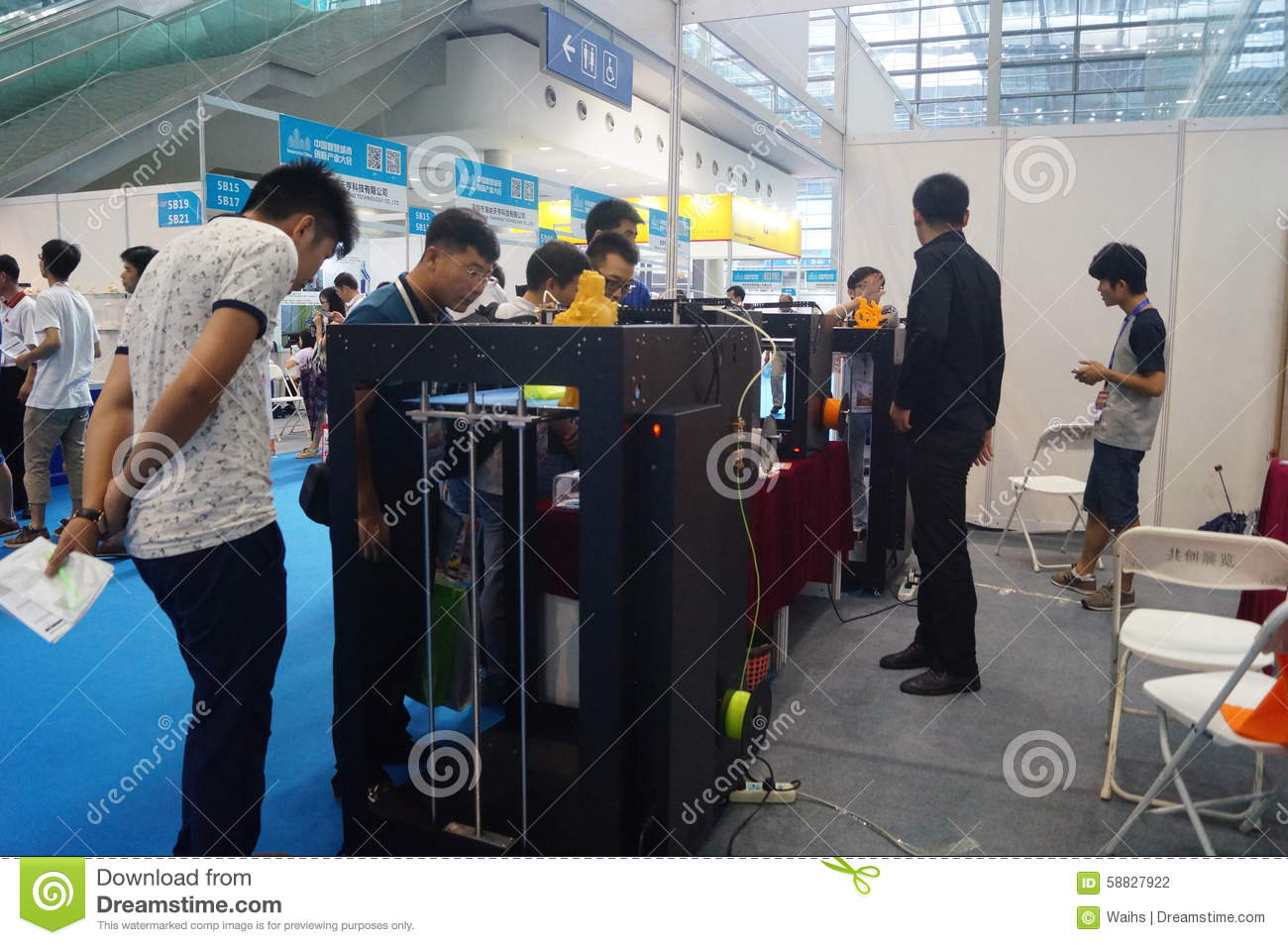 D Printing Exhibition China : D printing equipment in operation editorial photography image