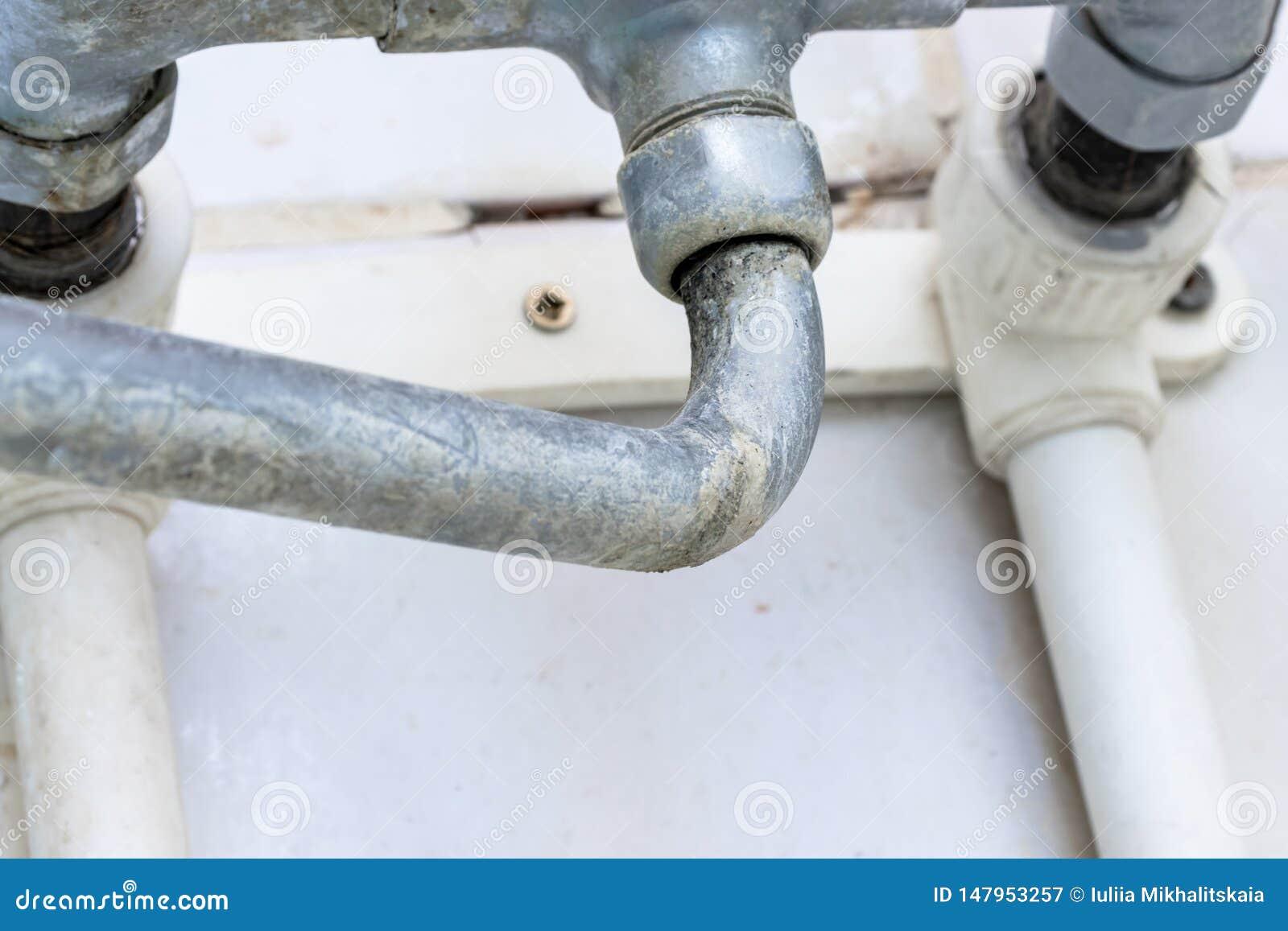 D?tail de robinet avec l ?chelle de limescale ou de chaux l?-dessus, de robinet de m?langeur calcifi? et rouill? sale de douche,