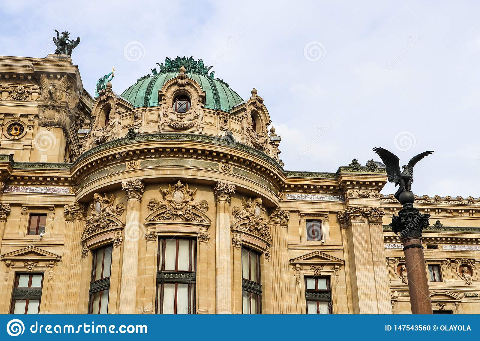 D?tails architecturaux de fa?ade de Palais Garnier d op?ra de Paris france Avril 2019
