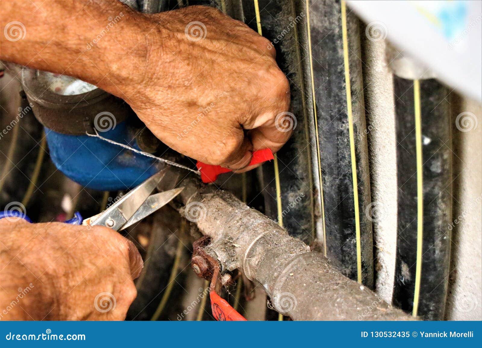 D?tails d une intention de plombier sur r?parer une valve hydraulique