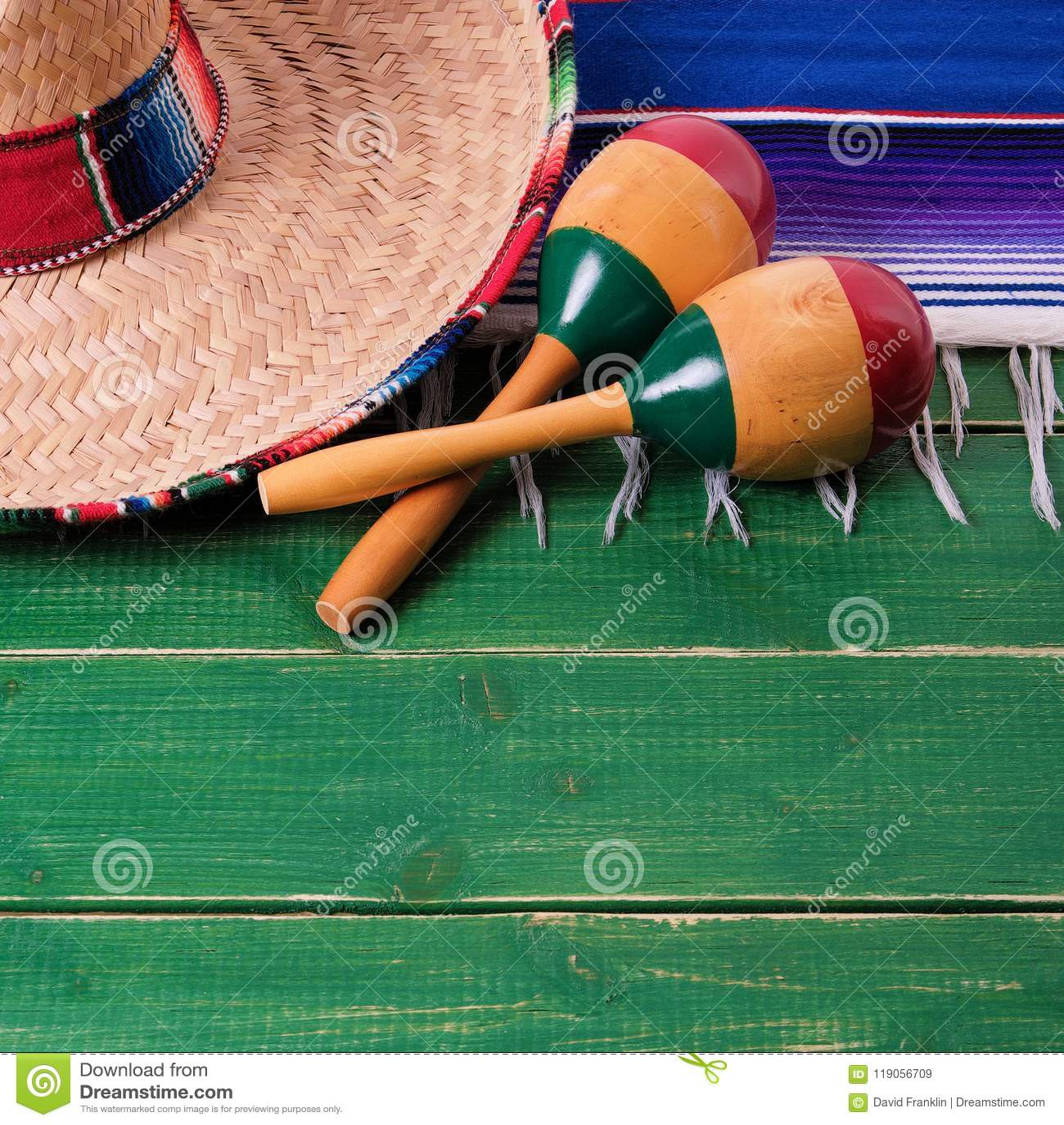 Da beira de madeira do fundo do de Mayo do cinco de México maraca mexicano do sombreiro