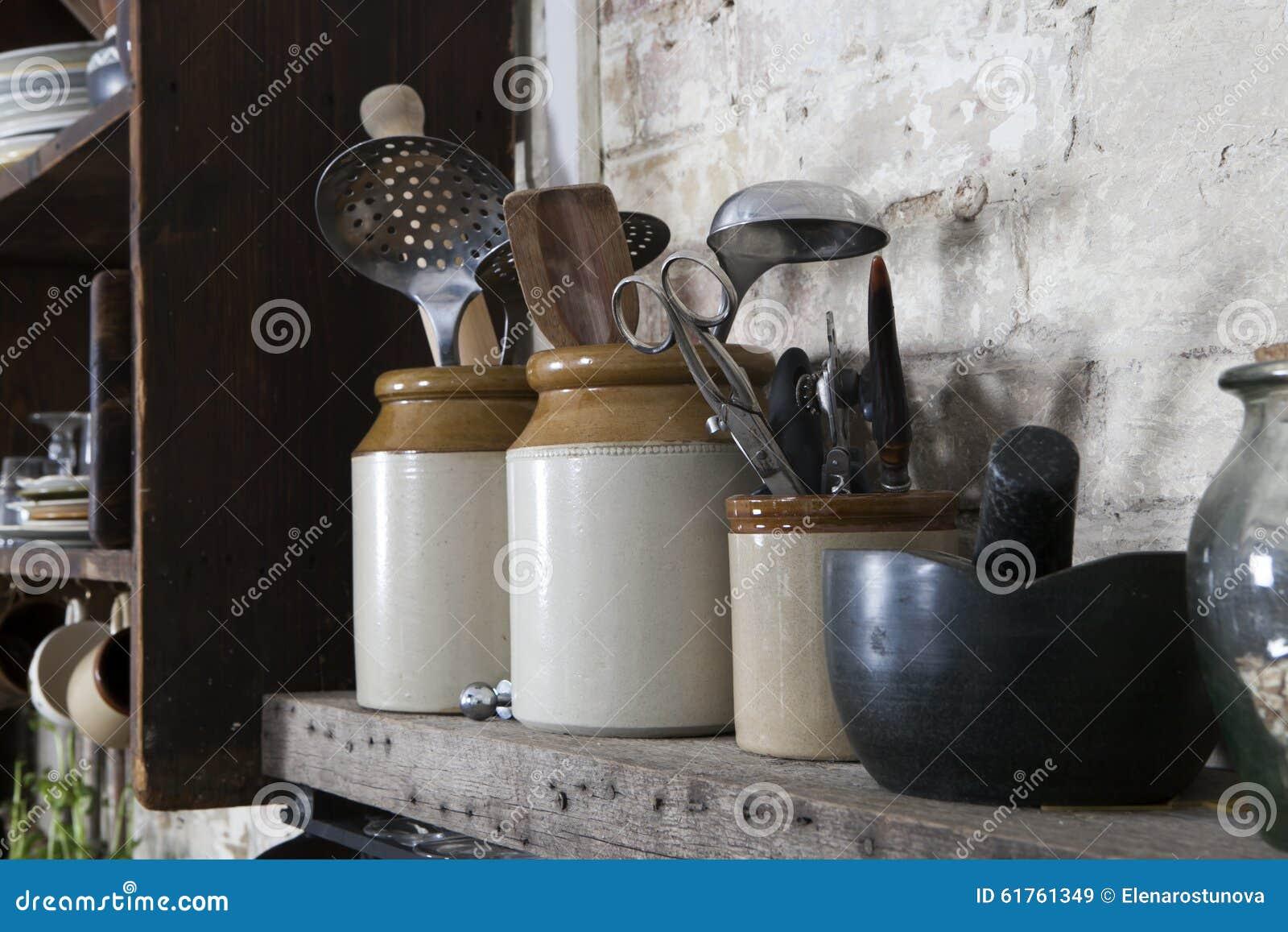 Da cozinha vida home ainda: Potenciômetro do café do vintage, canecas do esmalte e formiga
