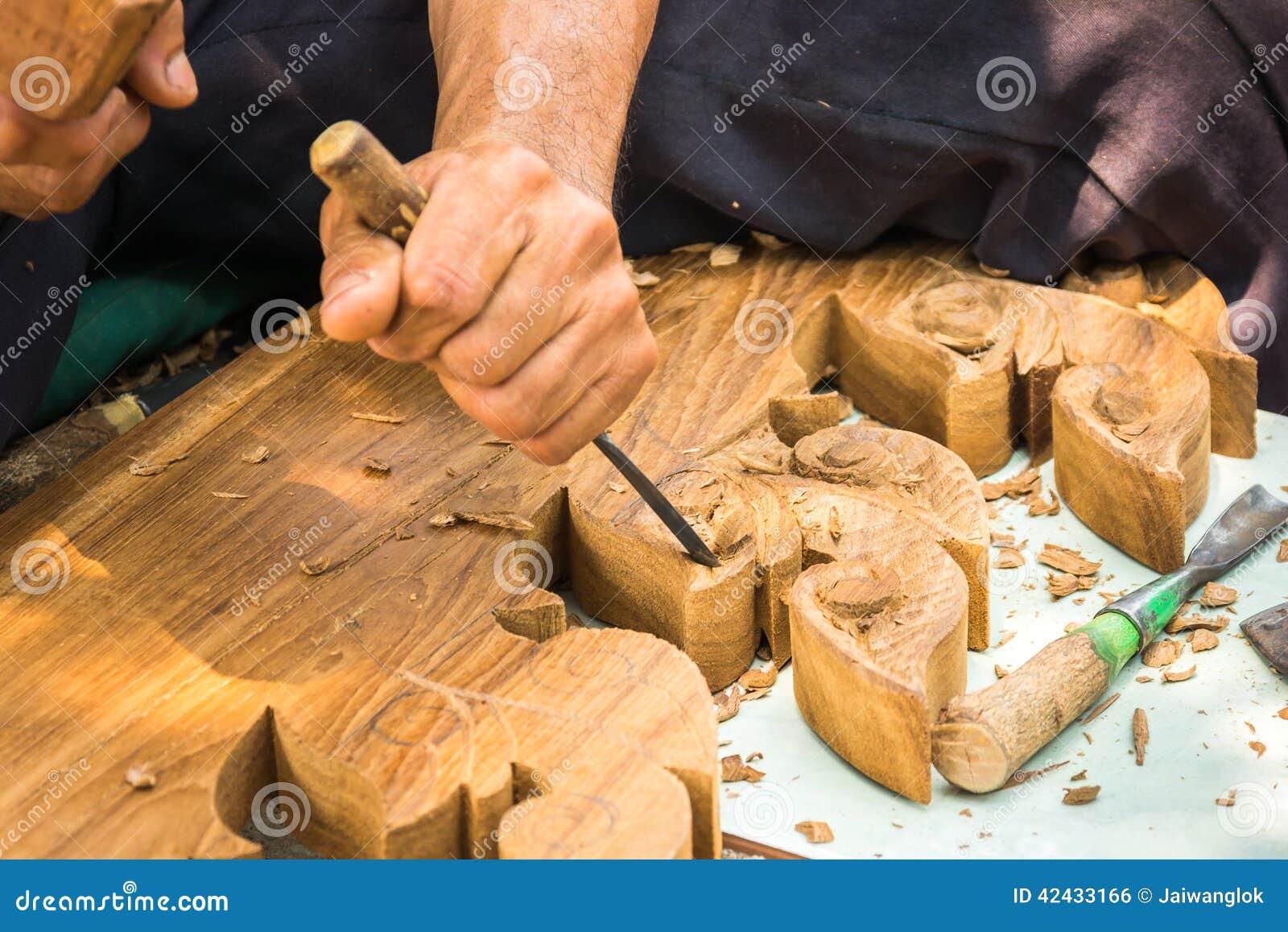 Da el woodcarver mientras que trabaja con las herramientas