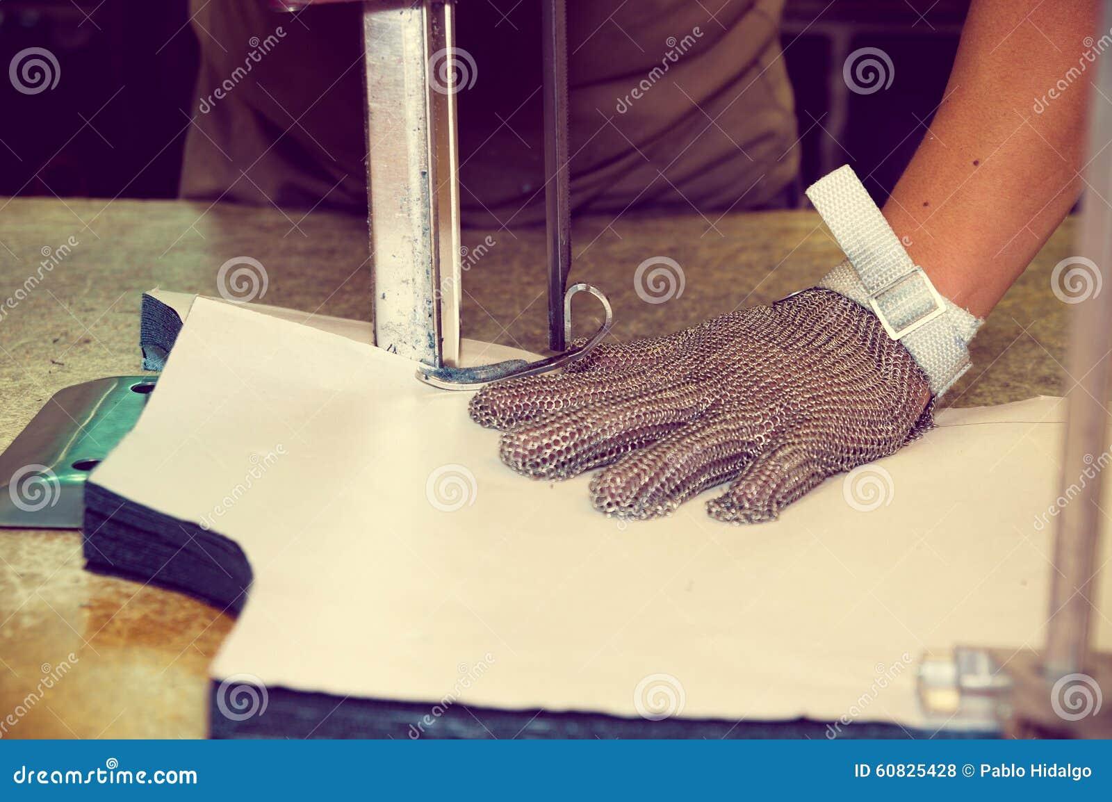 Da guantes de la protección que llevan usando industrial
