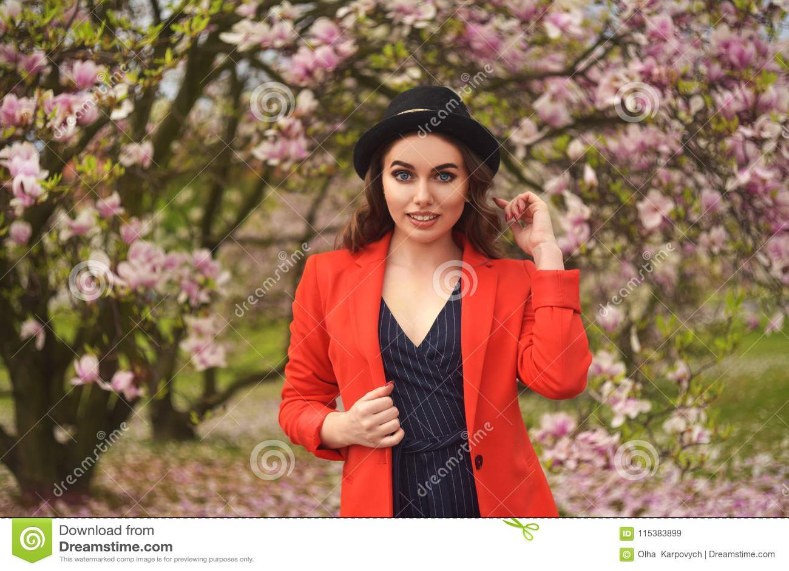 Da mola da forma da menina retrato fora em árvores de florescência Mulher romântica da beleza nas flores Senhora sensual que apre