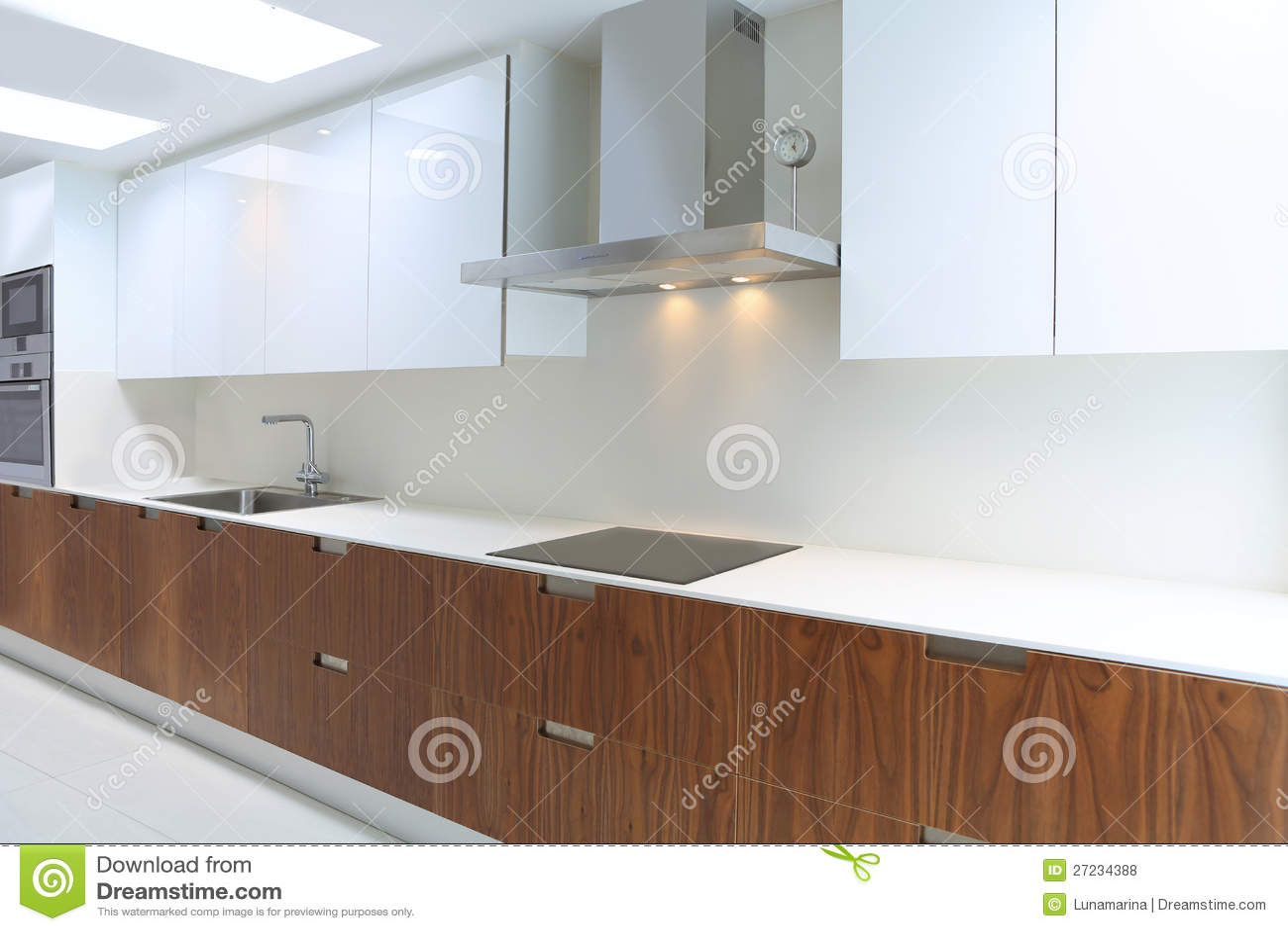 Daadwerkelijke moderne keuken in wit en okkernoothout - Moderne keukenbank ...
