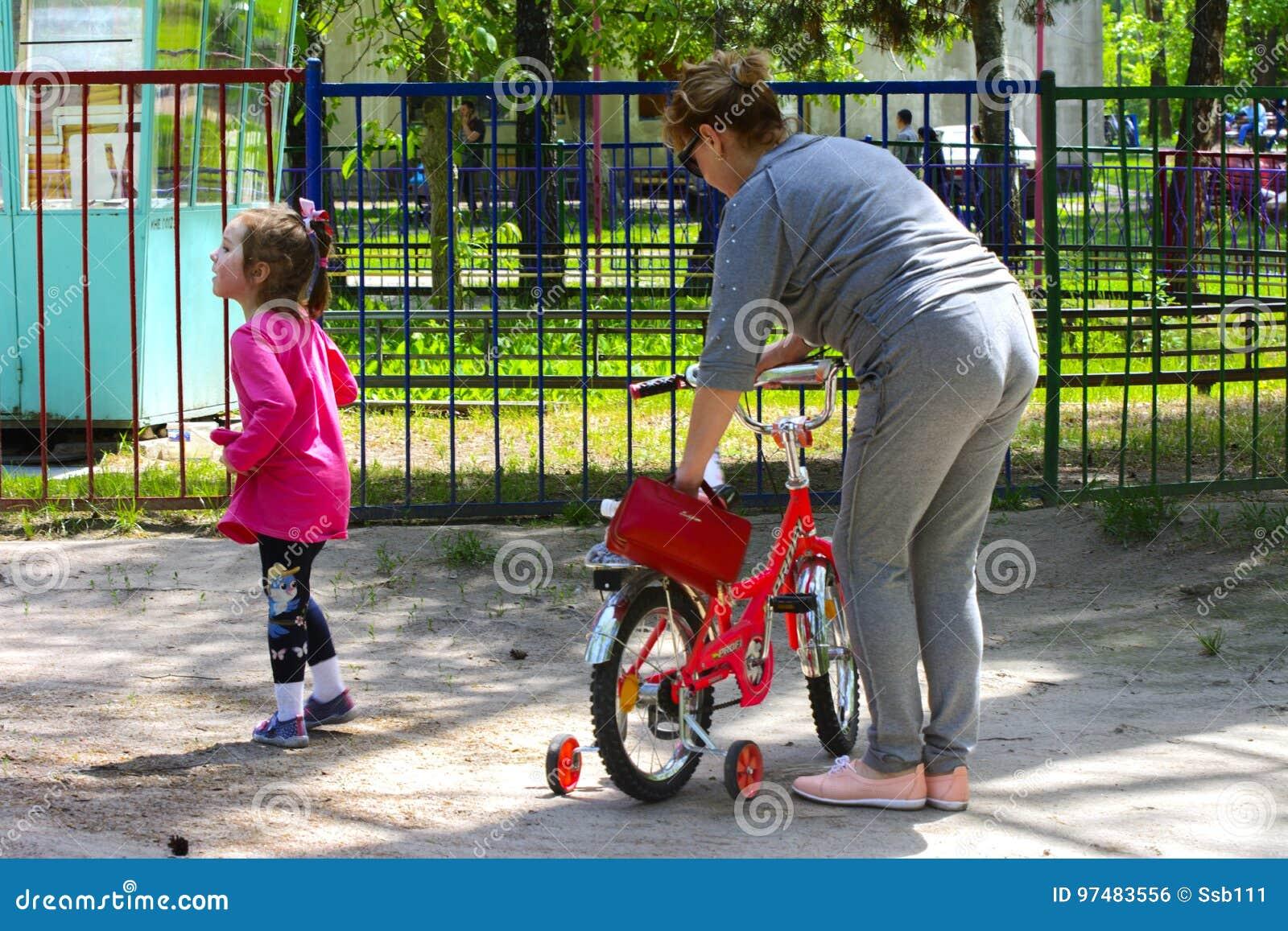 Dabushka e la nipote guidano una bicicletta nel parco della città