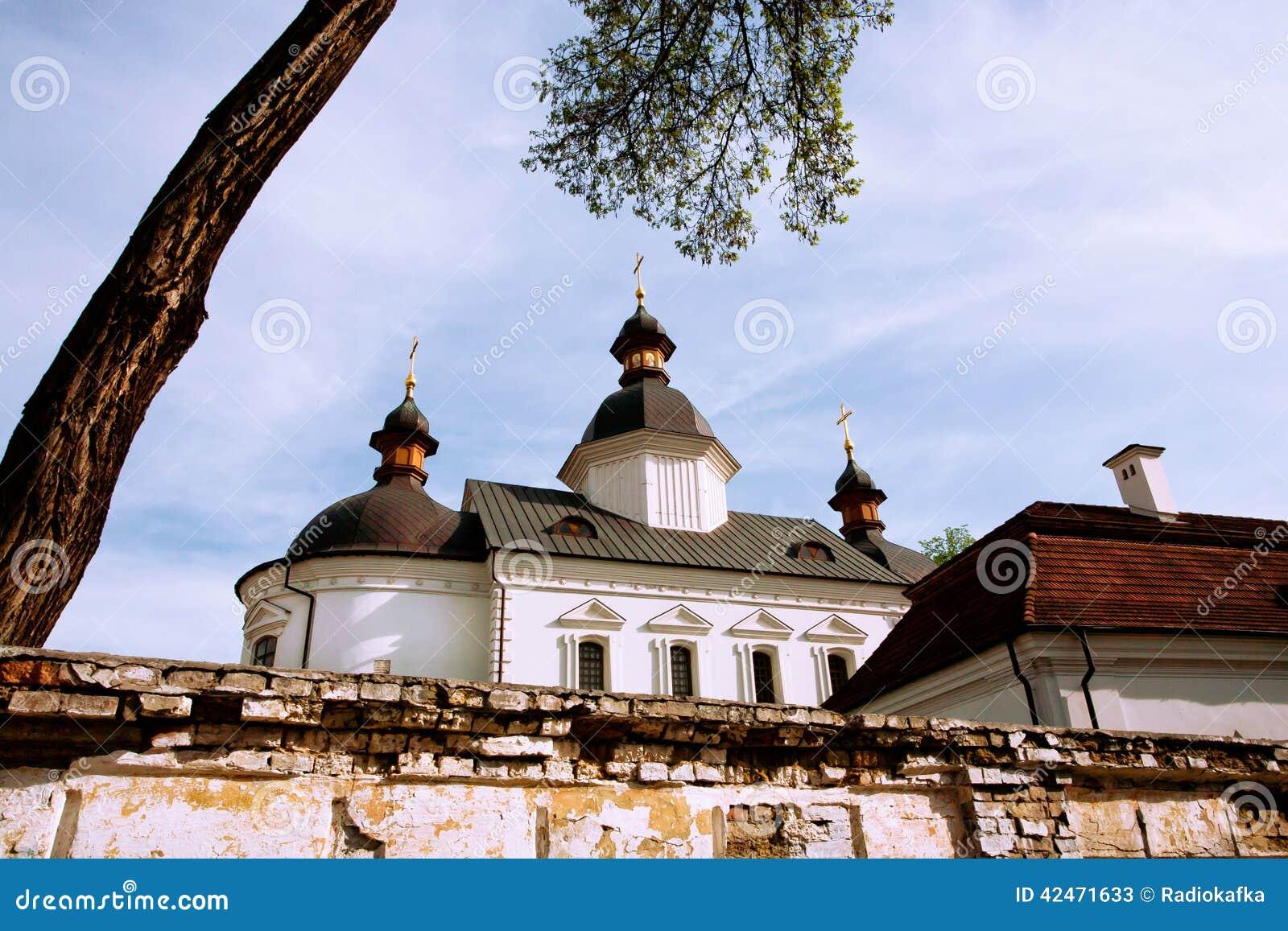 Dach der Kirche hinter dem Ziegelsteinzaun