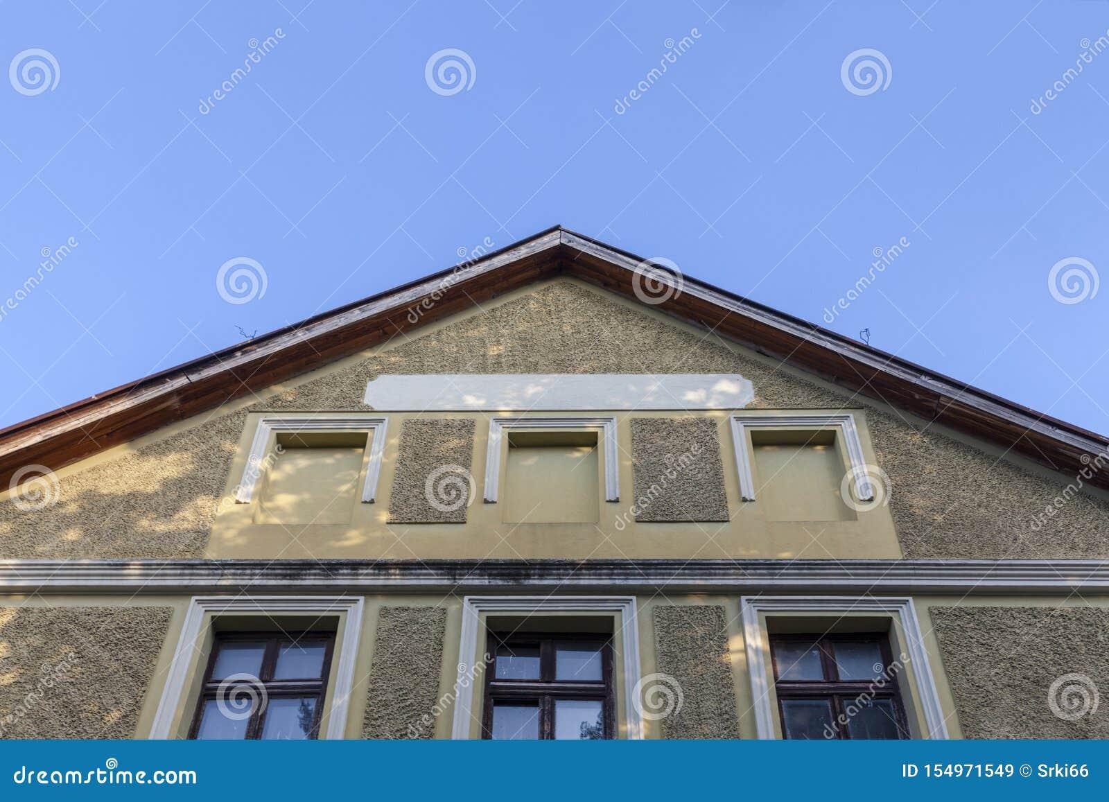 Dach i fasada stary budynek