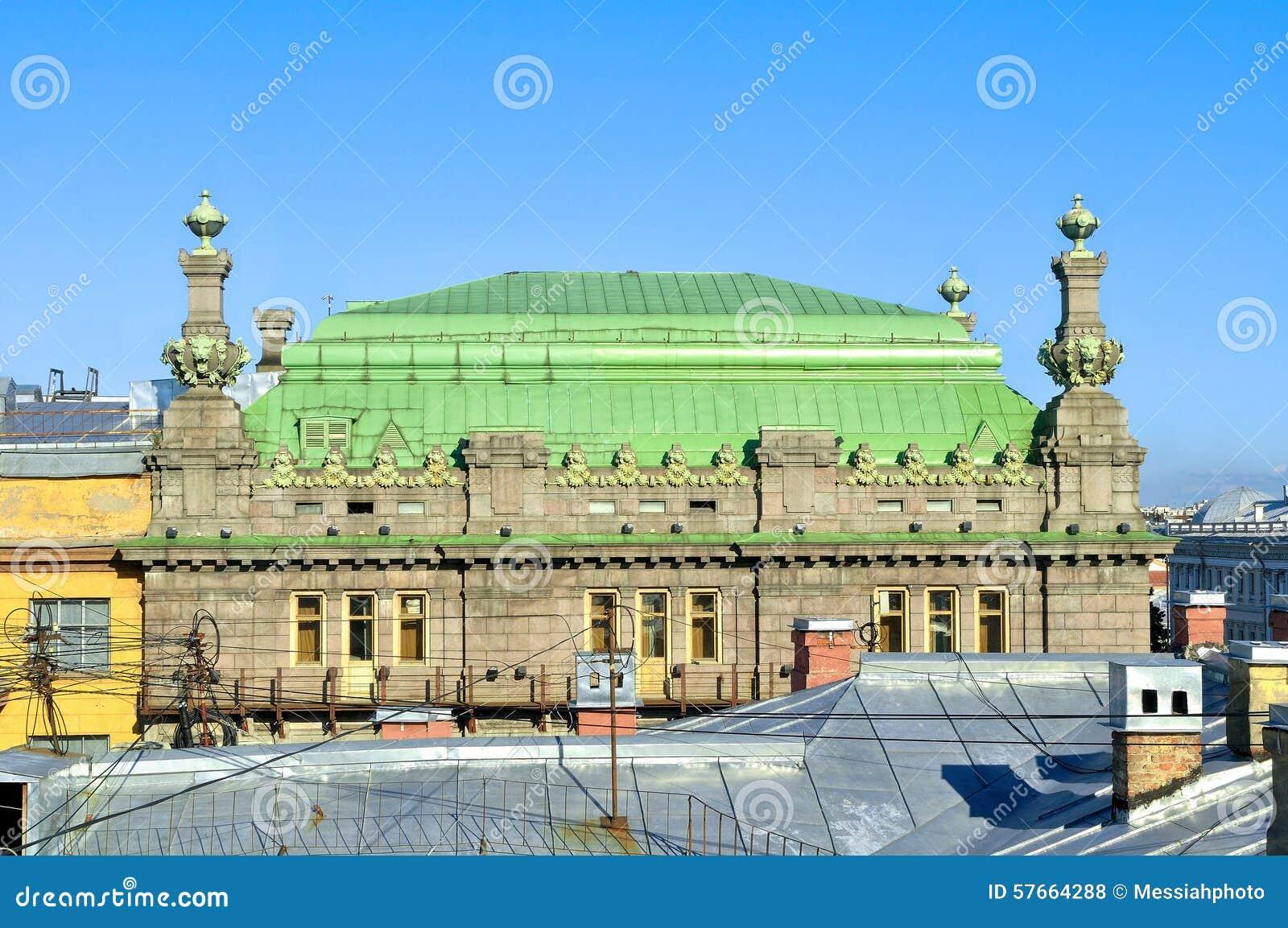 Dach St Petersburg Theatre wymieniający po N komedia P Akimov na Nevsky perspektywie w Petersburg, Rosja