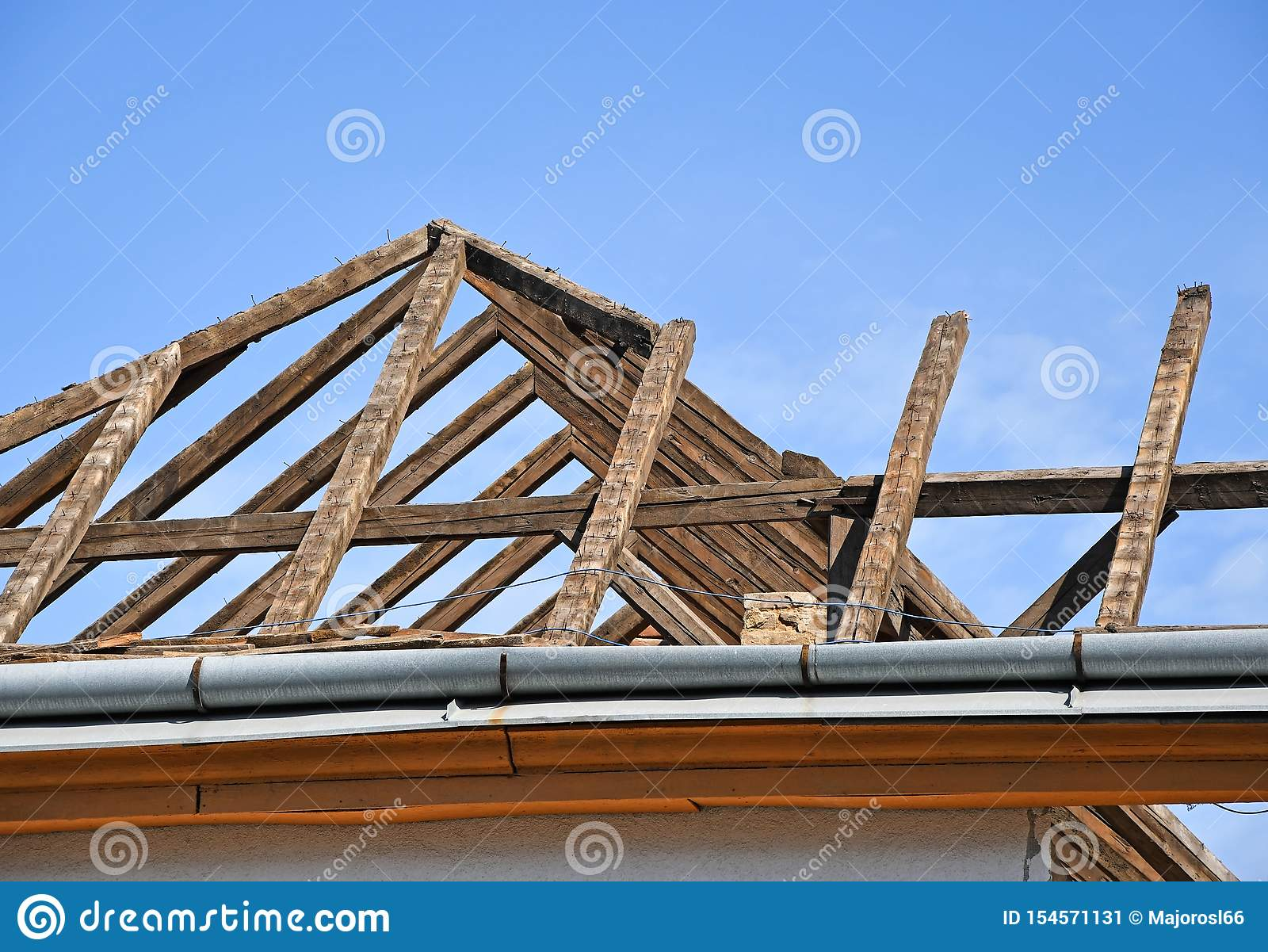 Dach stary wyburzający budynek