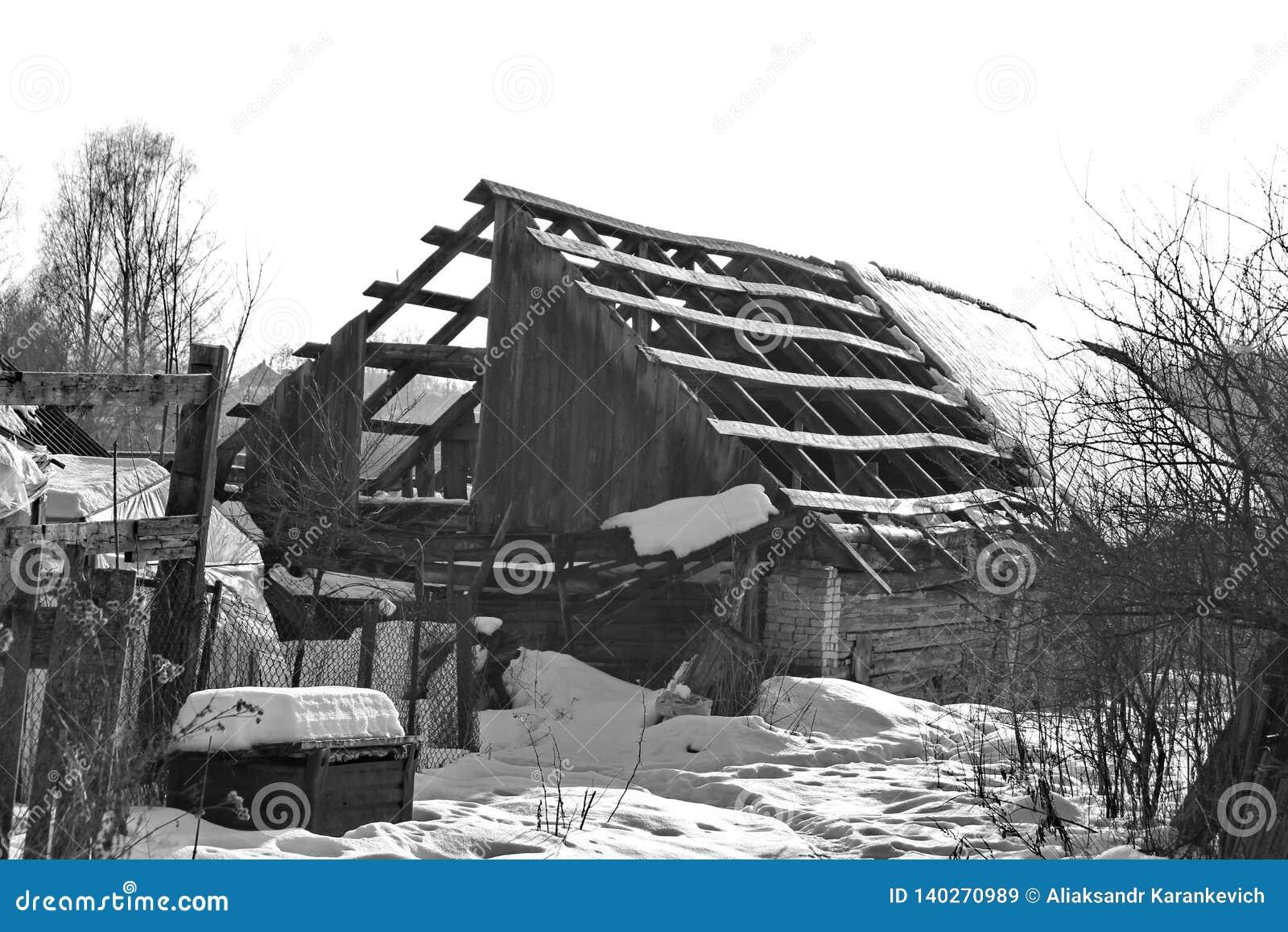 Dach stary zaniechany dom w wiosce w zimie Śnieżny i słoneczny dniu Opróżnia dom, bez ludzi łamających, niszczący,