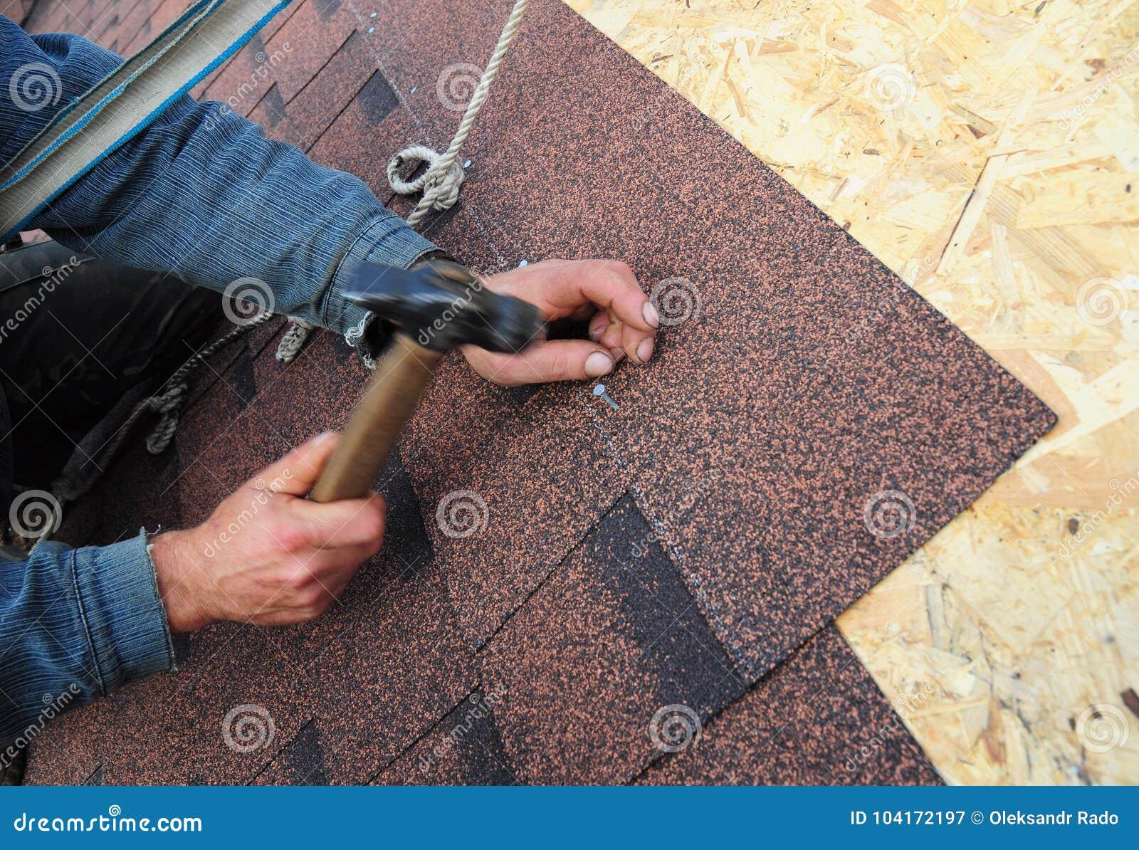 Dacharz Instaluje asfaltów Dachowych gonty Zamyka w górę widoku na dacharza Asfaltowego dekarstwa Instalacyjnych gontach Instalac