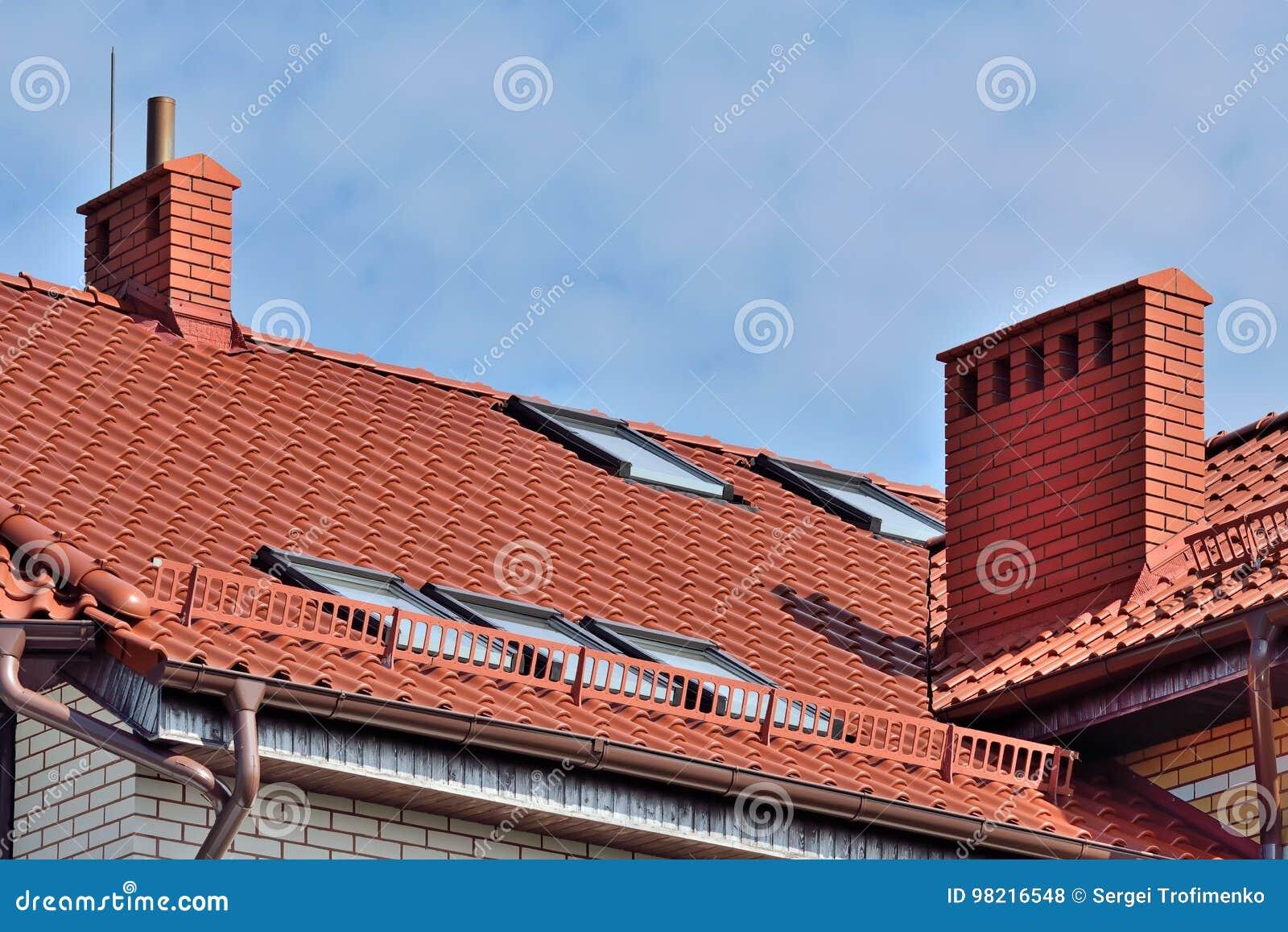 dachbodenfenster auf ziegeldach stockfoto - bild von fliese, haus