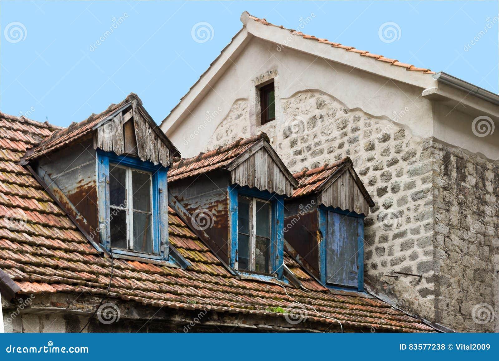 dachbodenfenster in einem alten haus in kotor, montenegro stockfoto