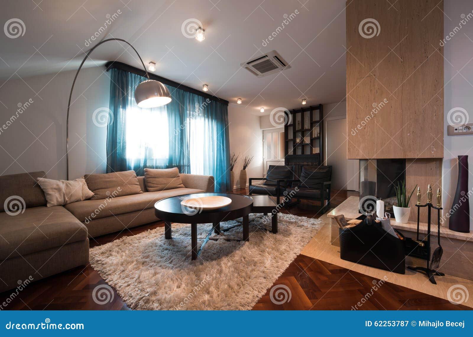 Super Dachbodeninnenraum Mit Kamin Mitten In Dem Raum Stockbild - Bild VQ15