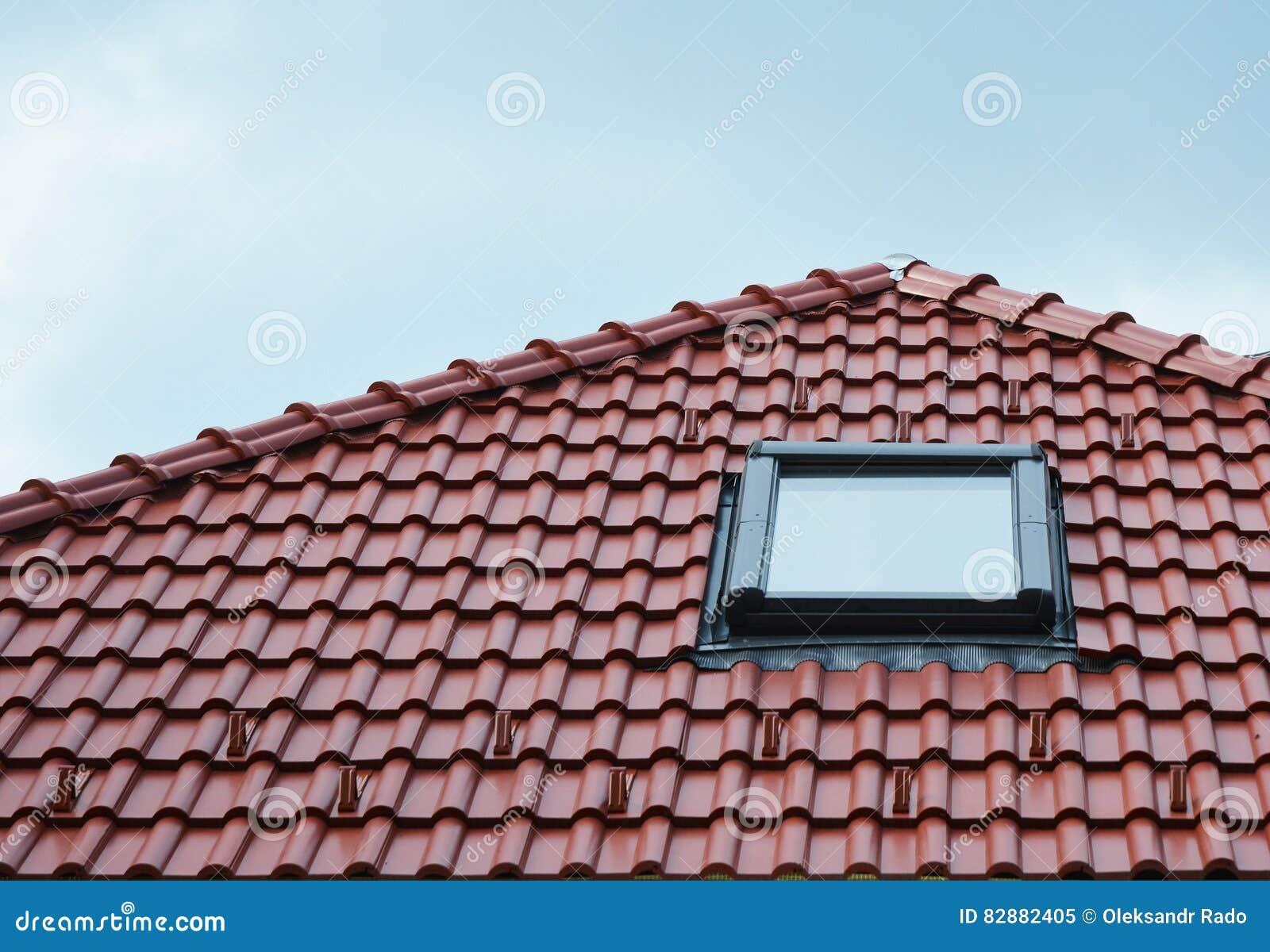 Dachbodenoberlichtfenster Auf Roten Keramikfliesen Bringen Dach Das ...