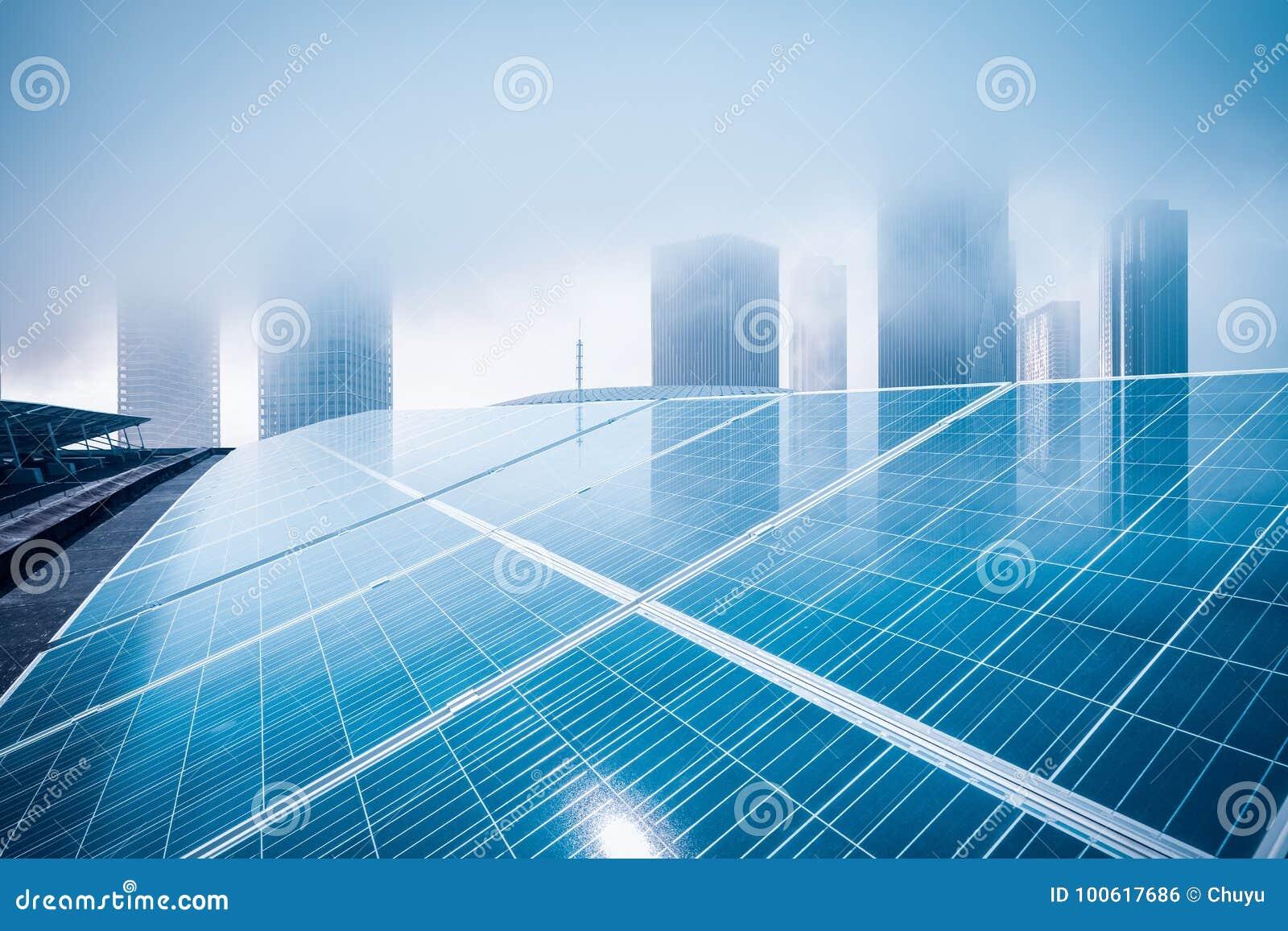 Dachowa energia słoneczna z nowożytnym budynkiem
