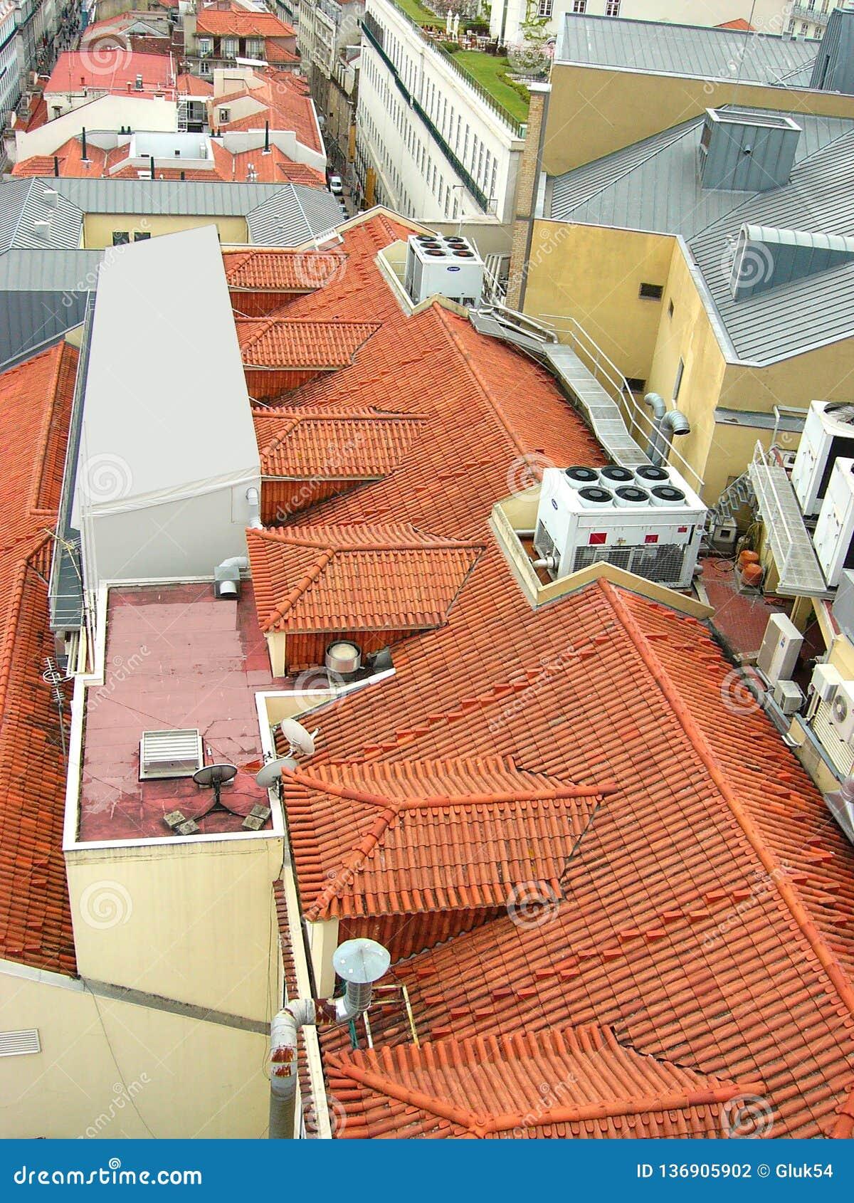 Dachowi zakrywa z pomarańczowymi płytkami i lokalizują na nim system wentylacja, komunikacje i telewizja