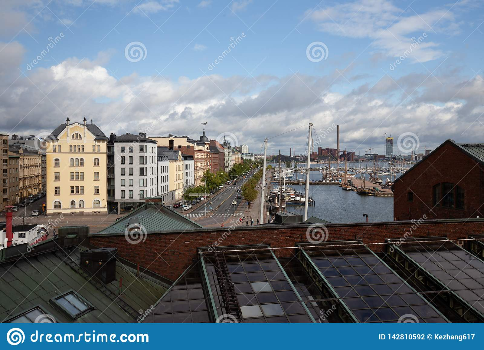 Dachspitzenansicht über Helsinki, das Gebäude und Wasser betrachtet
