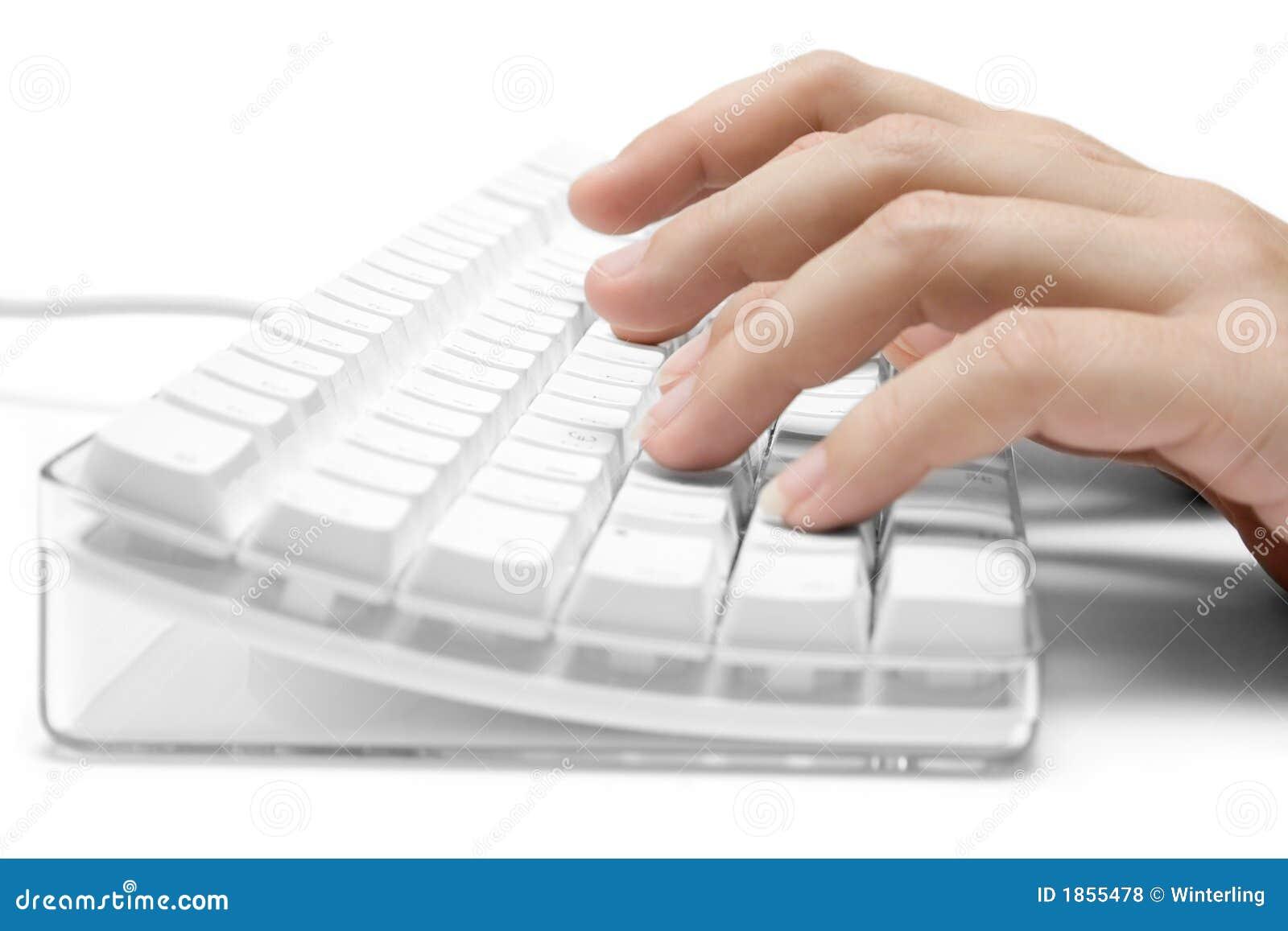 Dactilografia em um teclado de computador branco