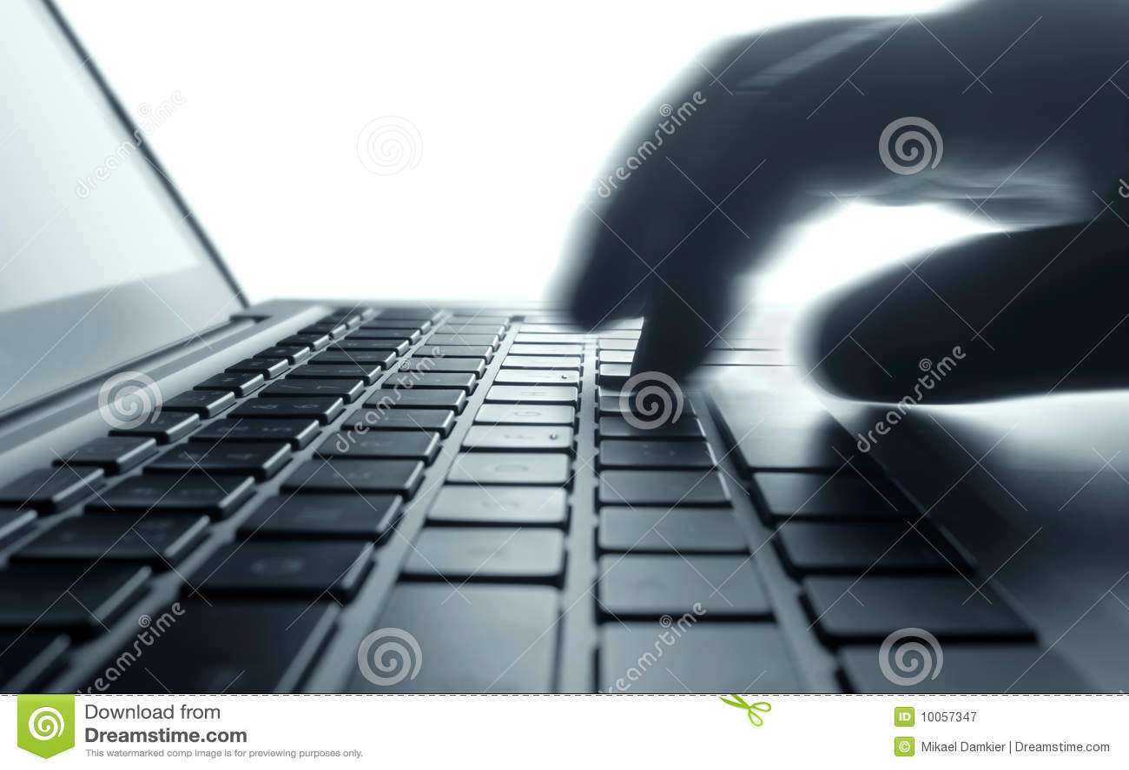 Dactilografia no teclado do portátil.