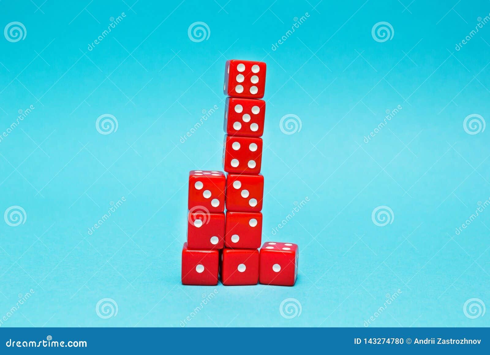 Dadi rossi sotto forma di una piramide, coltivante uno - sei, su un fondo blu