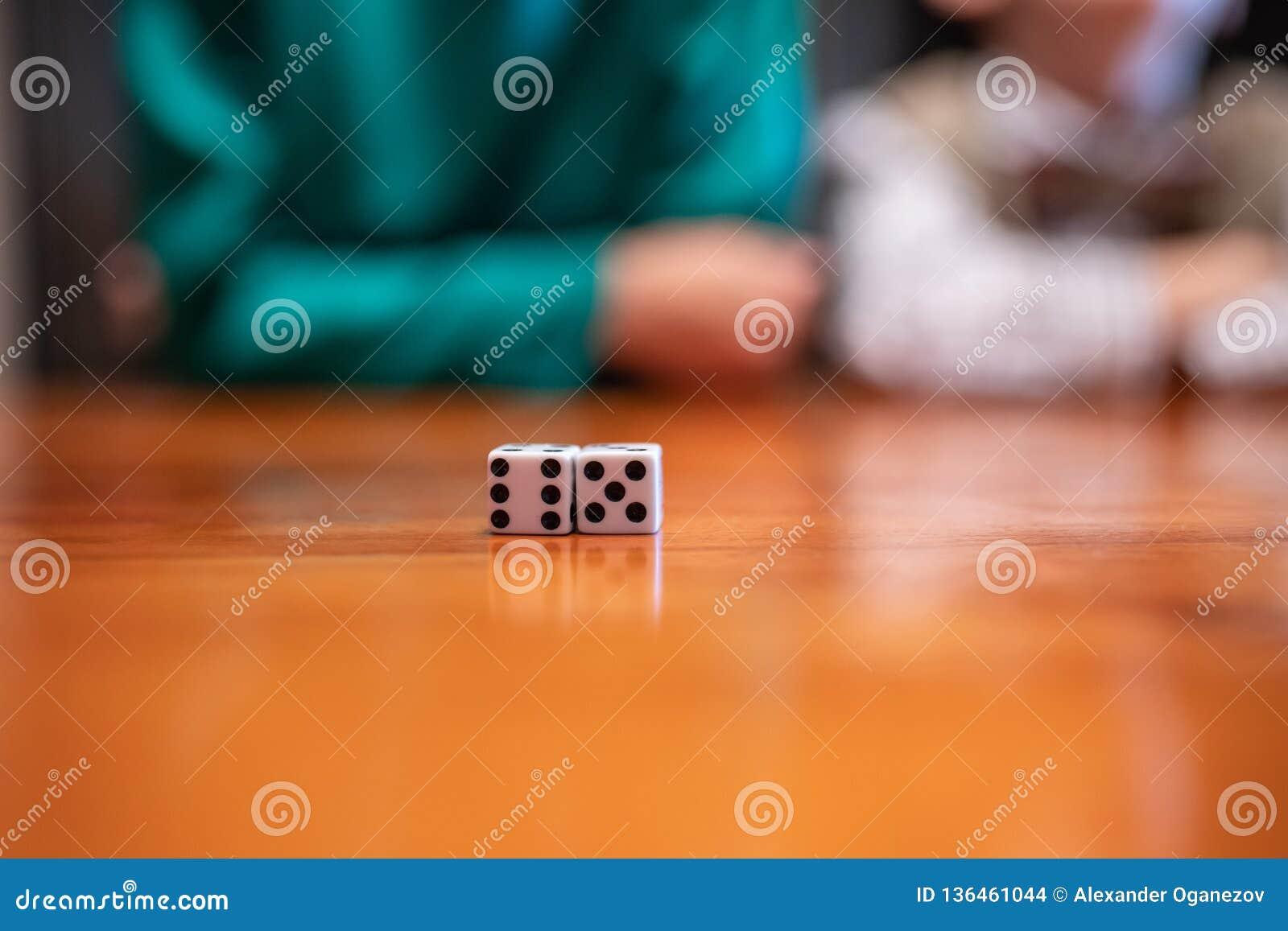 Dados do jogo na tabela com crianças
