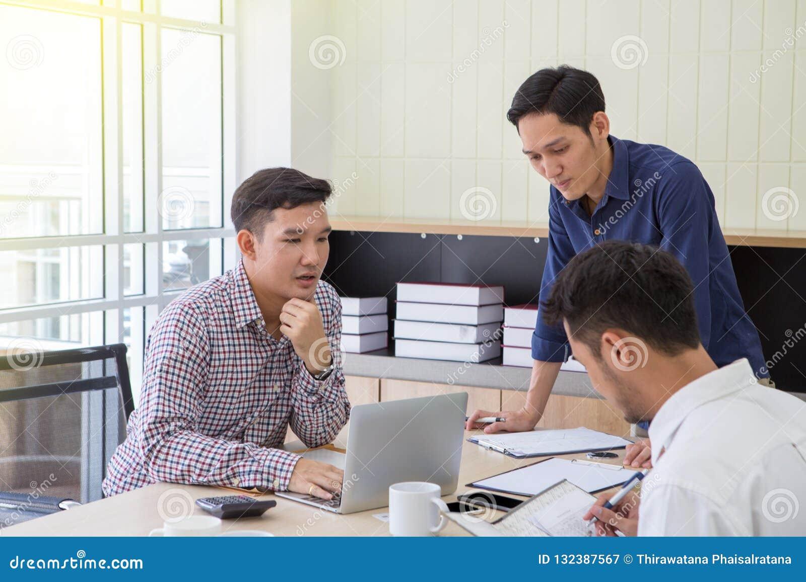 Dados planejando de Businessman do homem de negócios no encontro Executivos que encontram-se em torno da mesa dados no encontro E