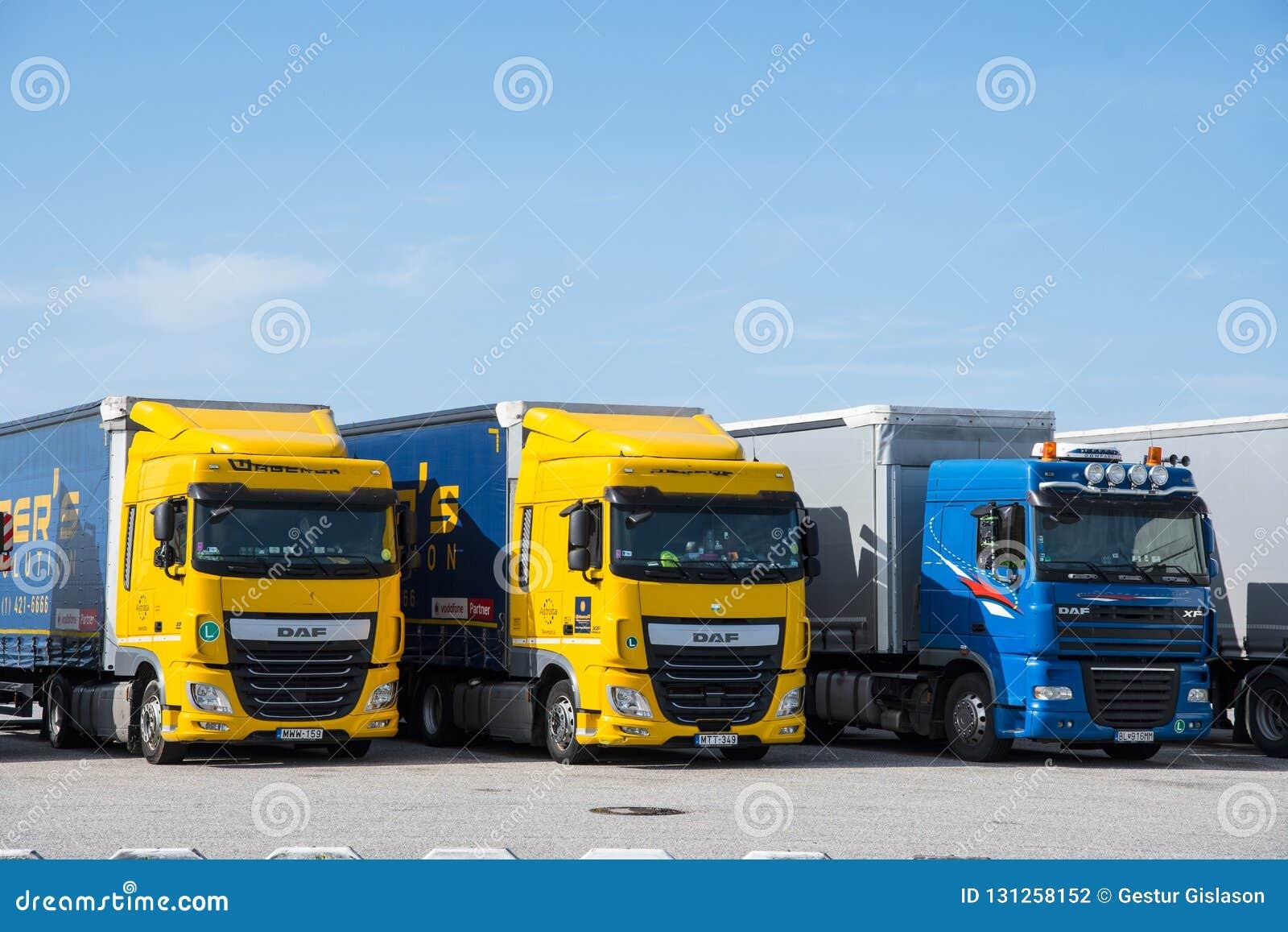 DAF Lorry que espera uma balsa