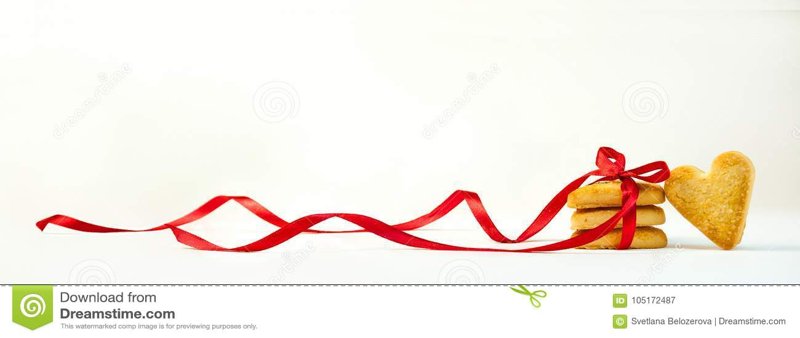 Dag för begreppsvalentin` s Kakor i Shape av hjärtor som binds med ett rött band Söt gåva på ljus bakgrund baner Kopia Spac